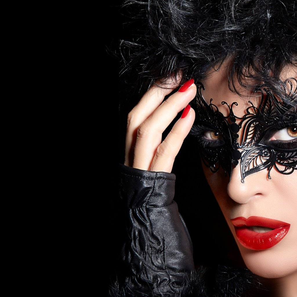 Фото девушки брюнетки в маске бляди порно фото