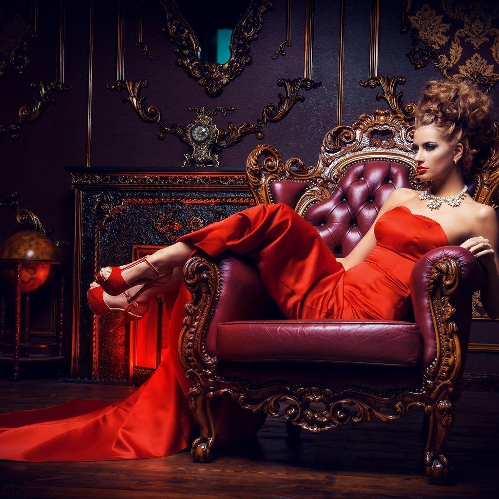 В Красном Платье В Кресле