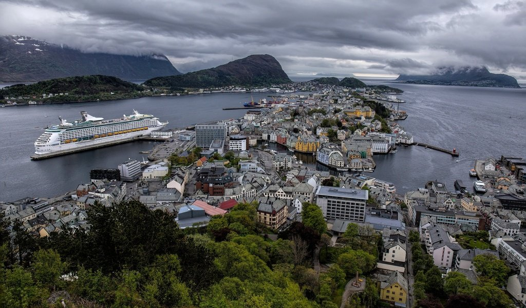 Обои панорама, aalesund, дома, hjørundfjorden, geirangerfjord, здания, олесунн, хьюронд-фьорд, норвегия, лайнер, круиз, фьорды, норвегии, гейрангер-фьорд, ålesund, panorama, home, building, jurong fjord, norway, liner, cruise, fjords разрешение 2048x1373 Загрузить