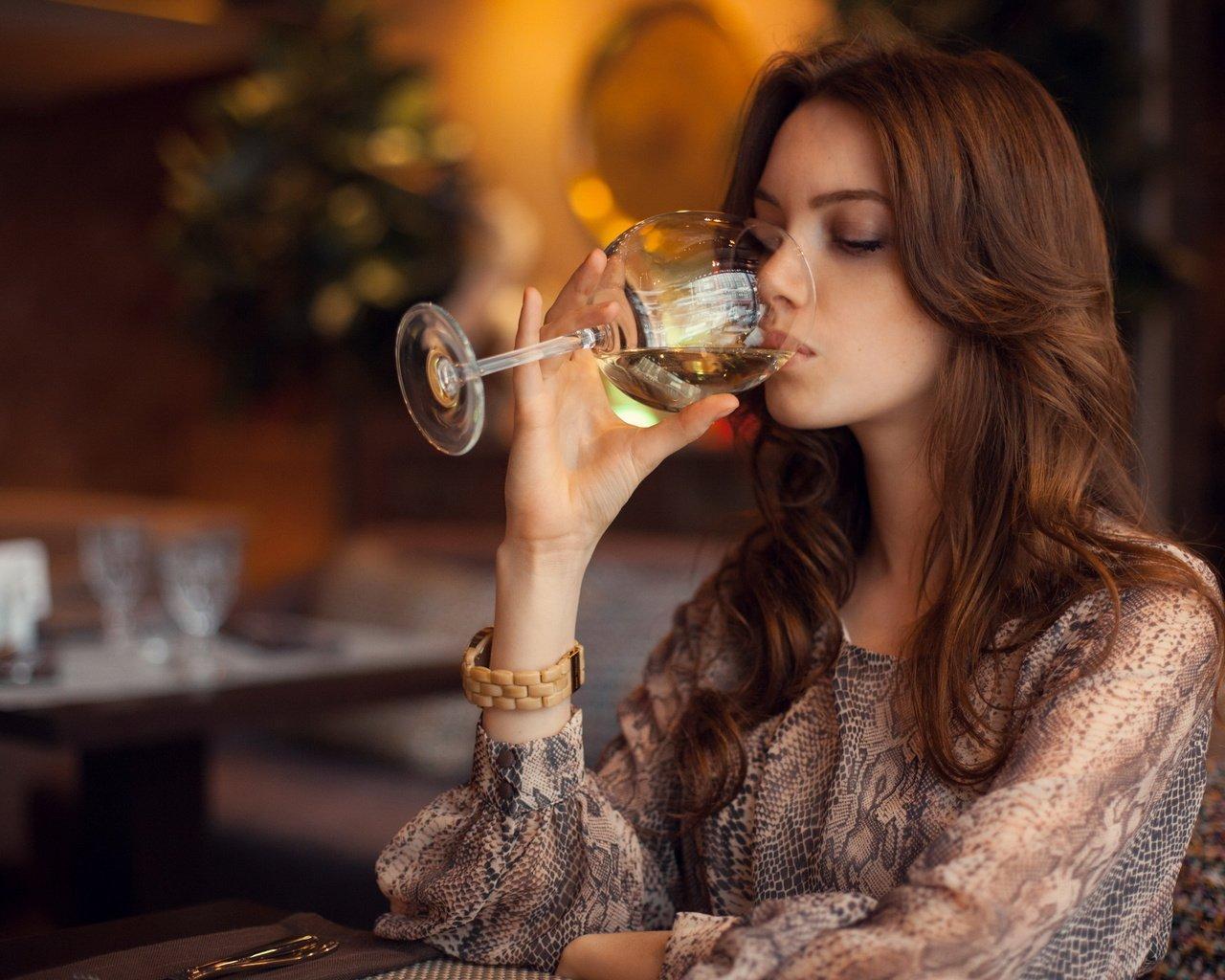 Картинки женщина вино