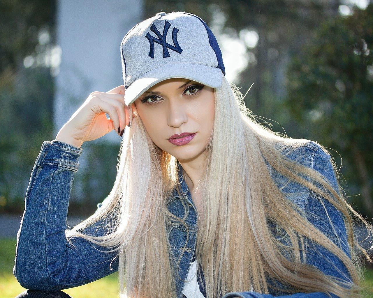 Красивое фото девушек в кепках
