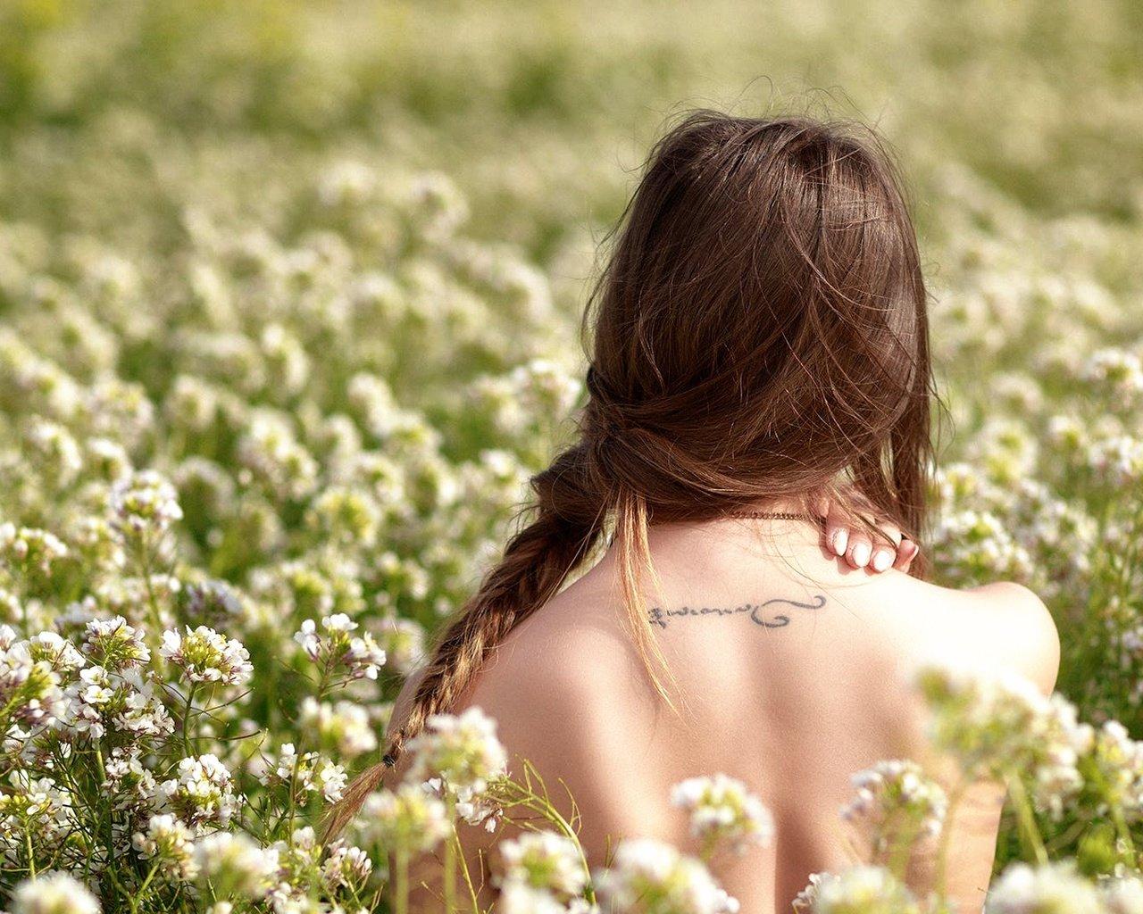 Фото девушек сзади цветы в волосах