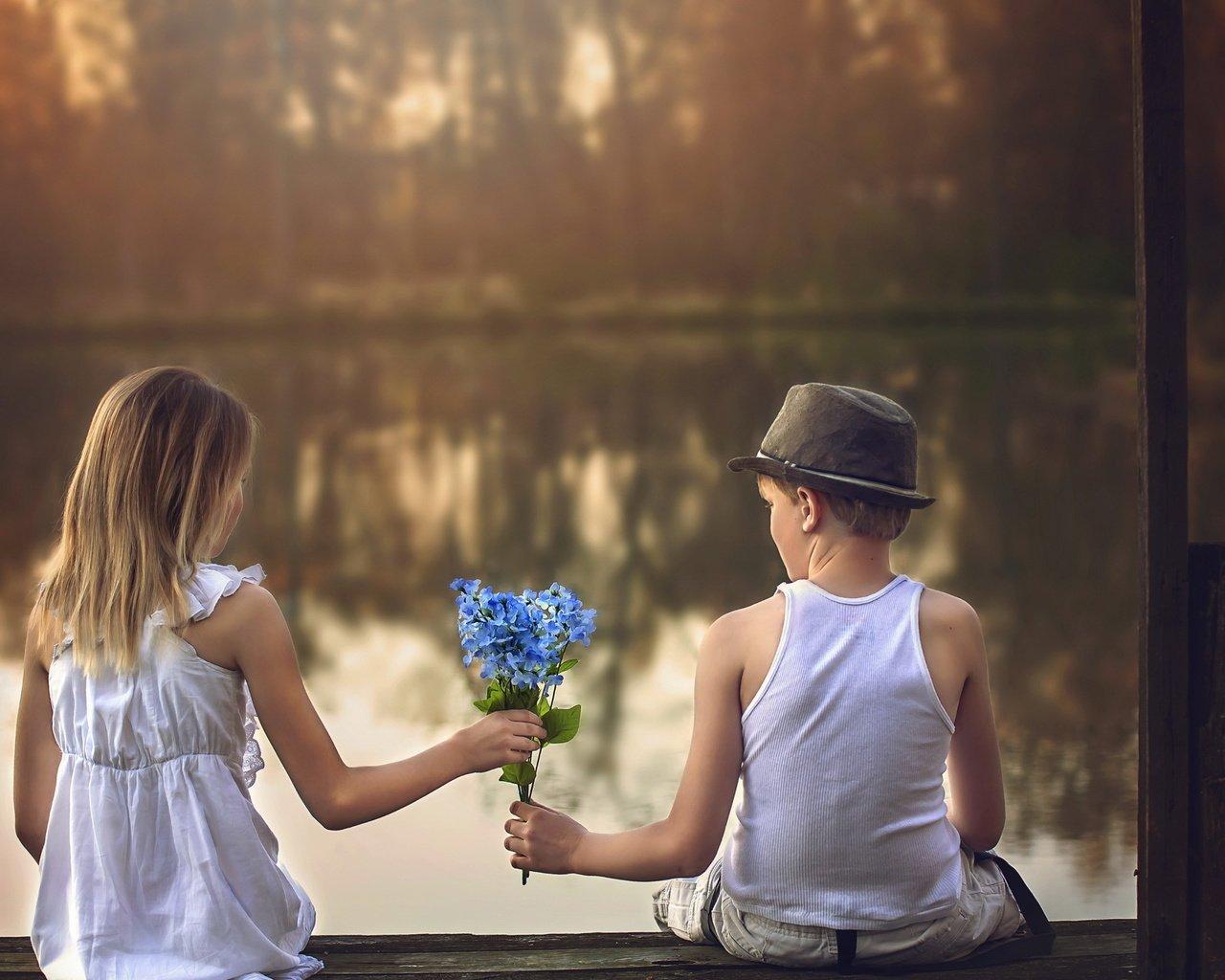 Самой, мальчик дарит девочке цветы картинки