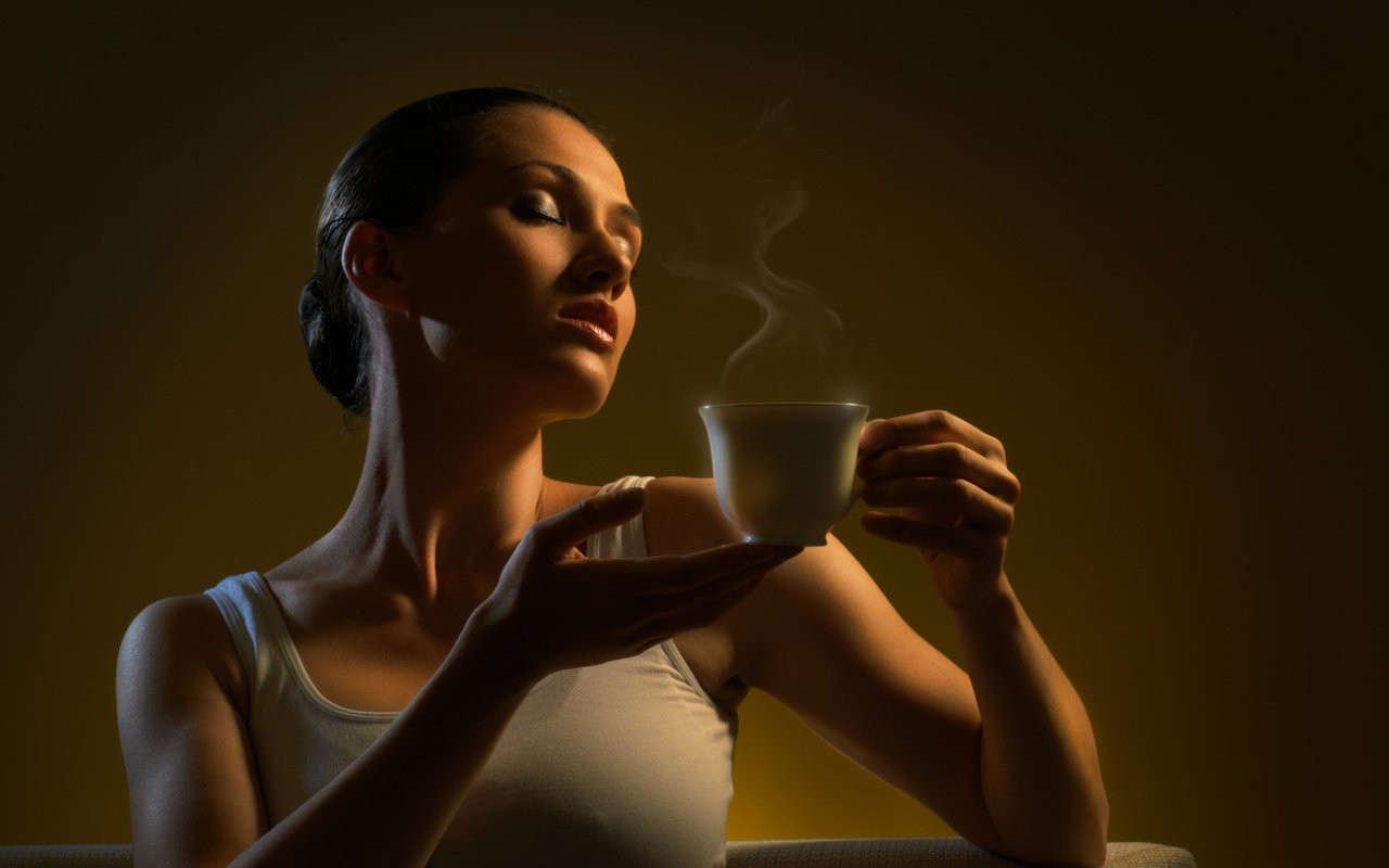 Девушка с кофе в руках фото