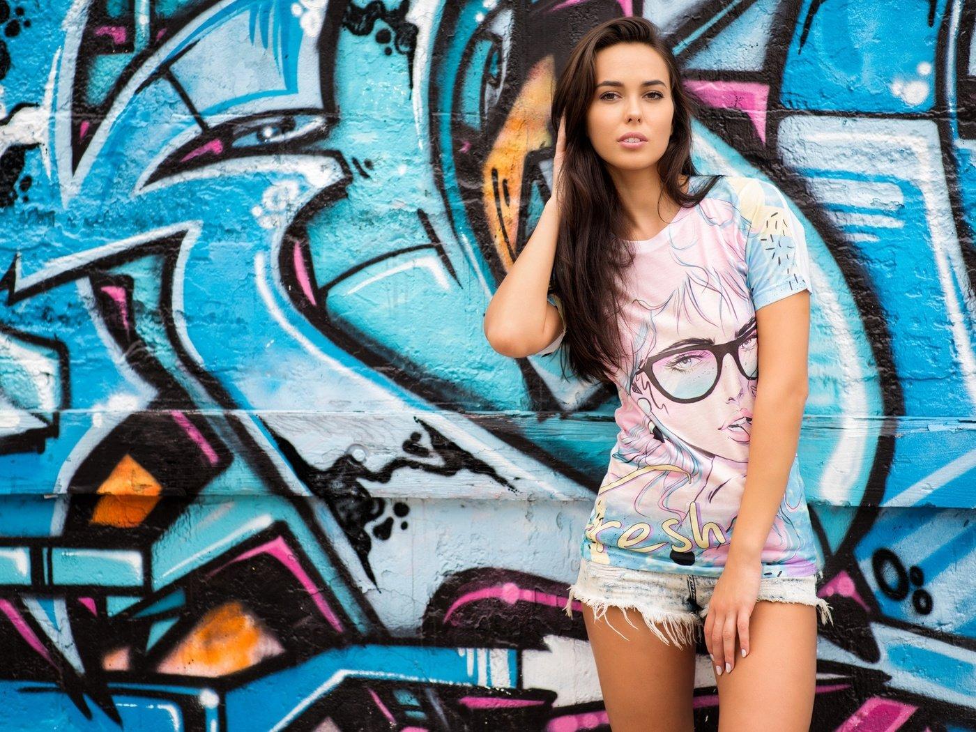 Картинки девушка у стены с граффити
