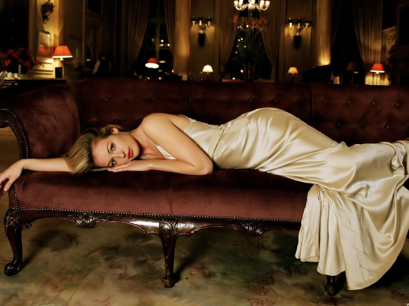 Девушка в вечернем платье раздевается