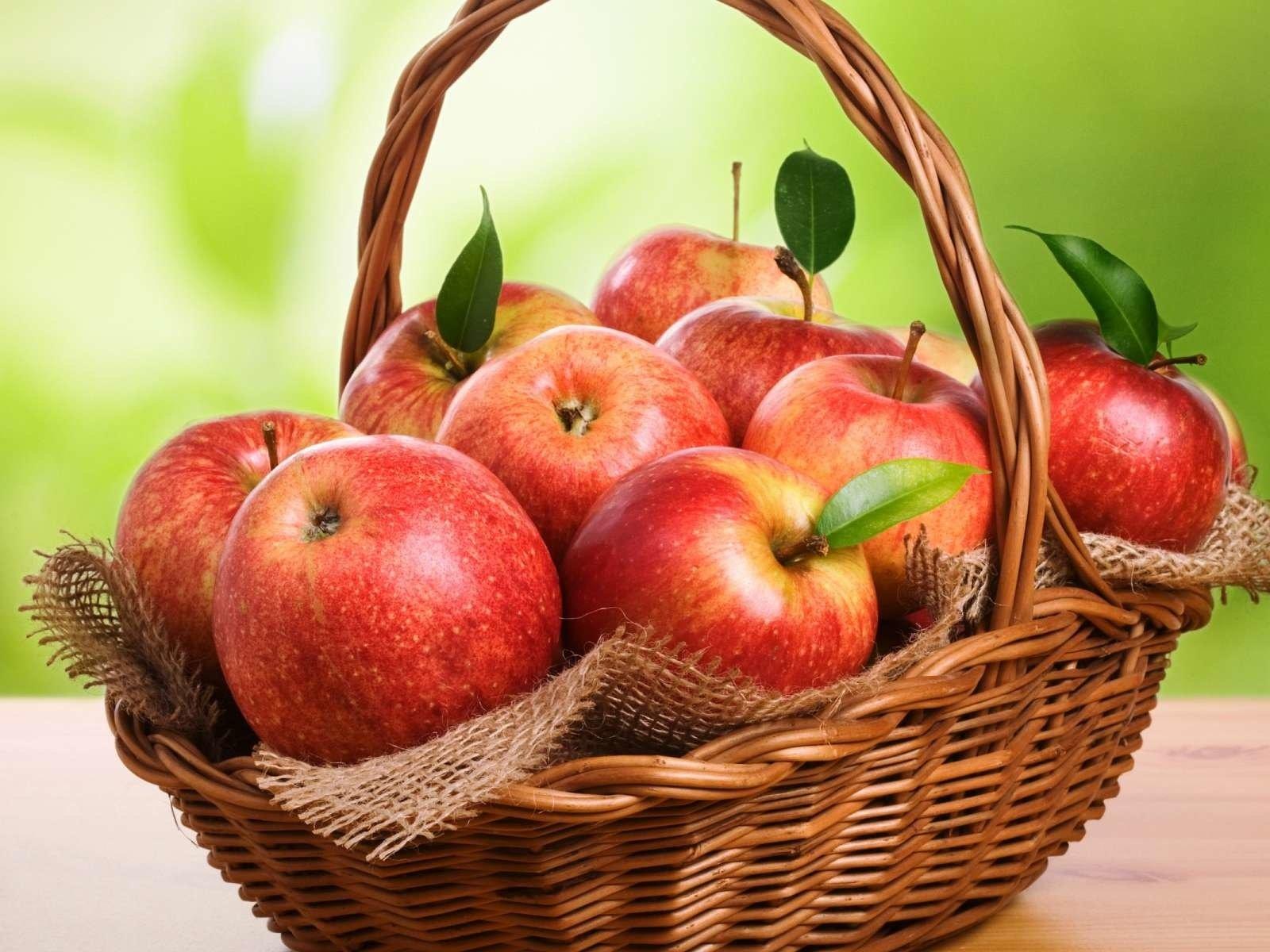 Яблоко в корзинке загрузить