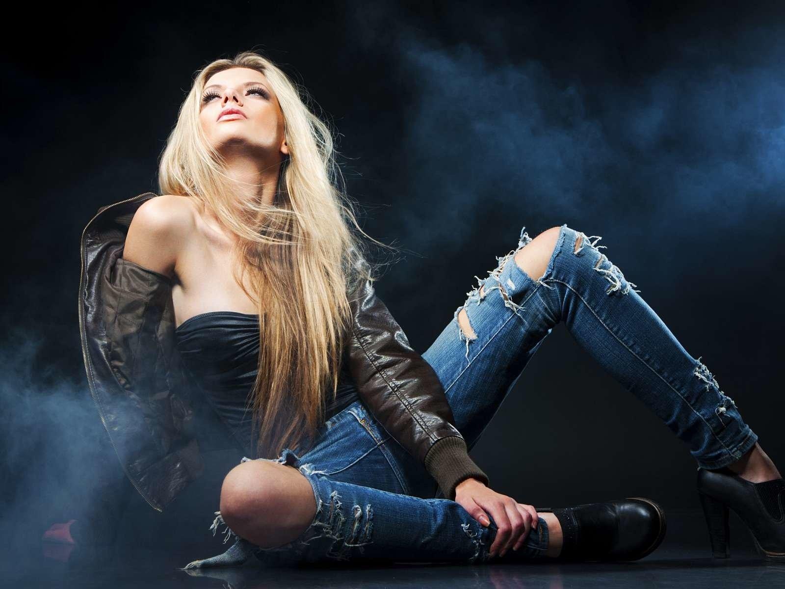 фото блондинки в джинсах на столе еще совсем девочка