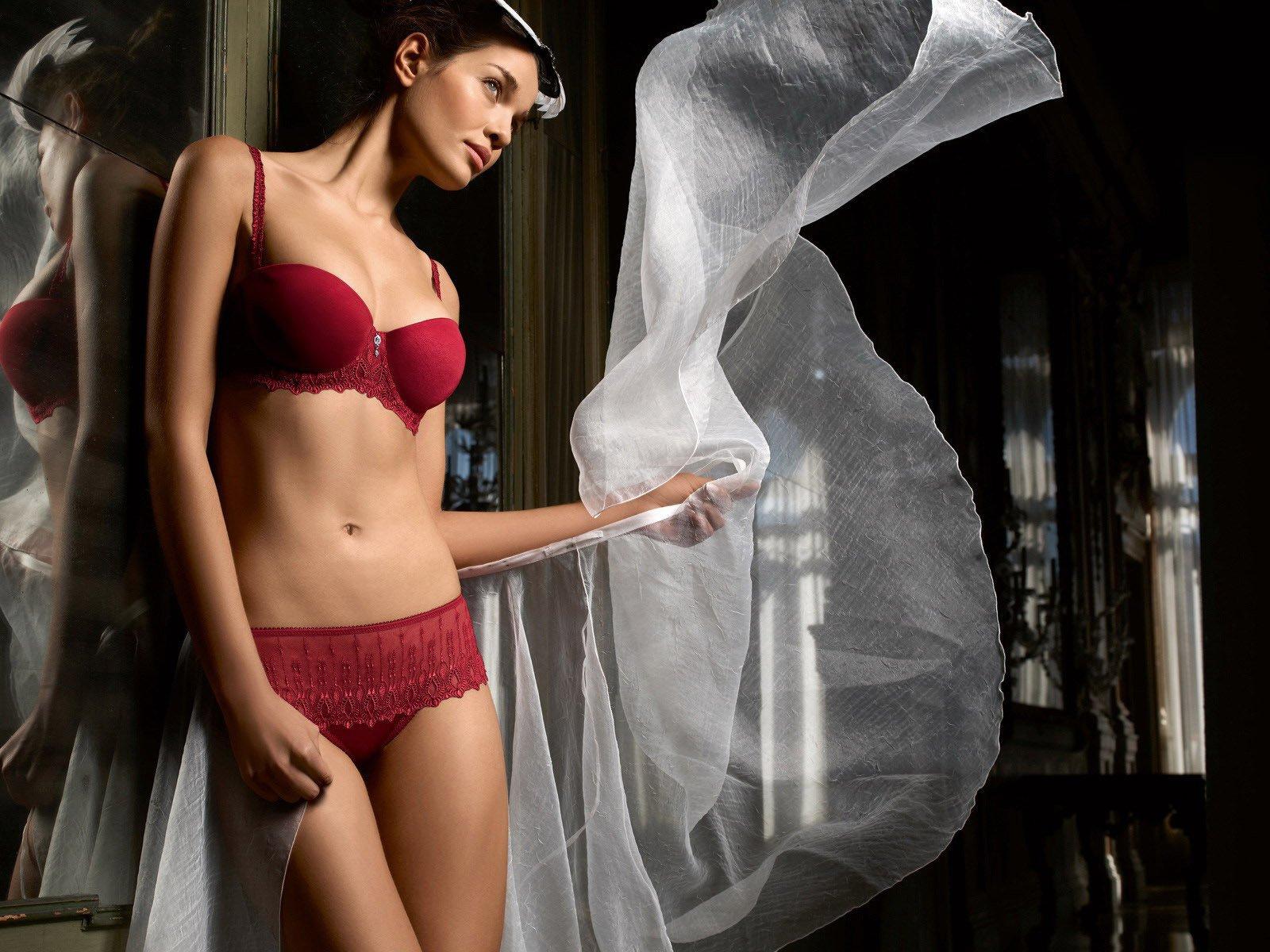 фото девушек зеркала в красном лифчике