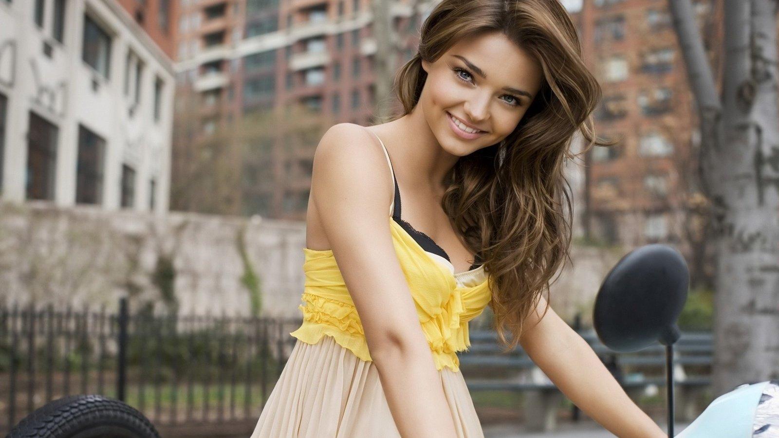 Красивая девушка с ямочками на щеках фото
