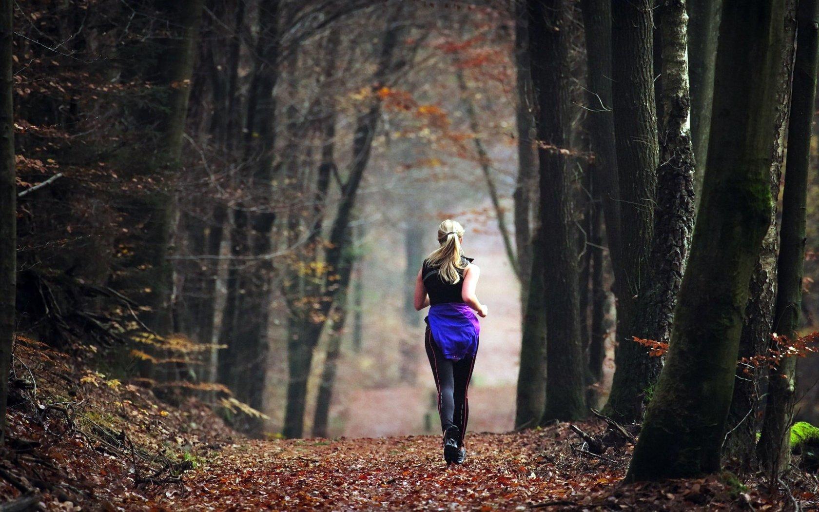 Стройная девушка со спины смотрит на утренний лес, секс с русскими замужними онлайн