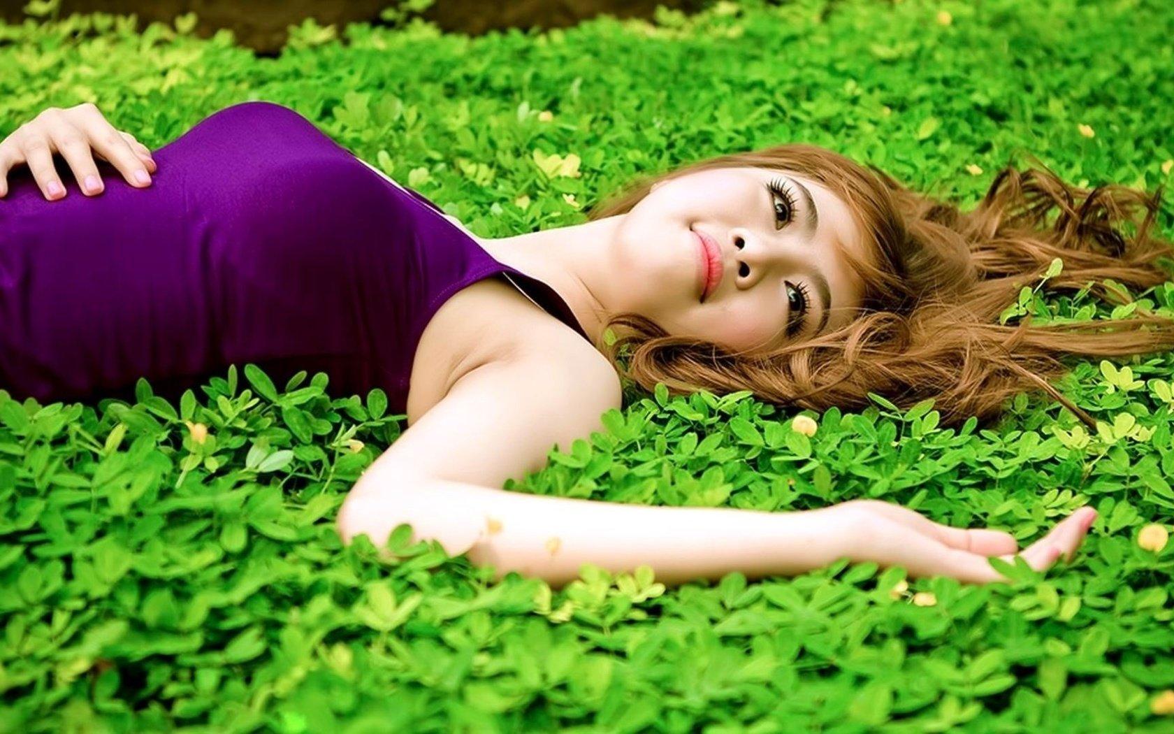 Девушка в траве  № 559780 без смс