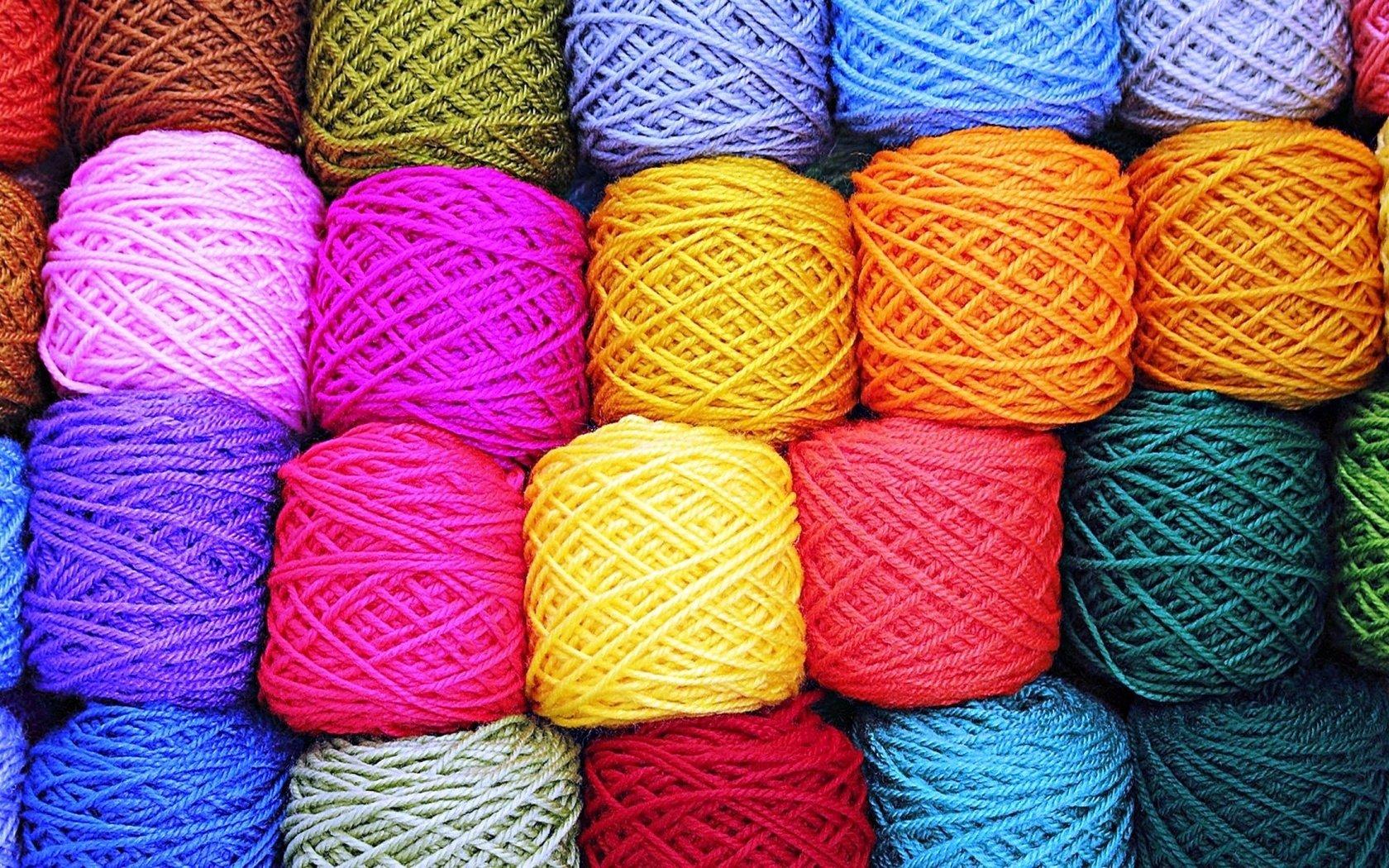 Разноцветная нить для вязания