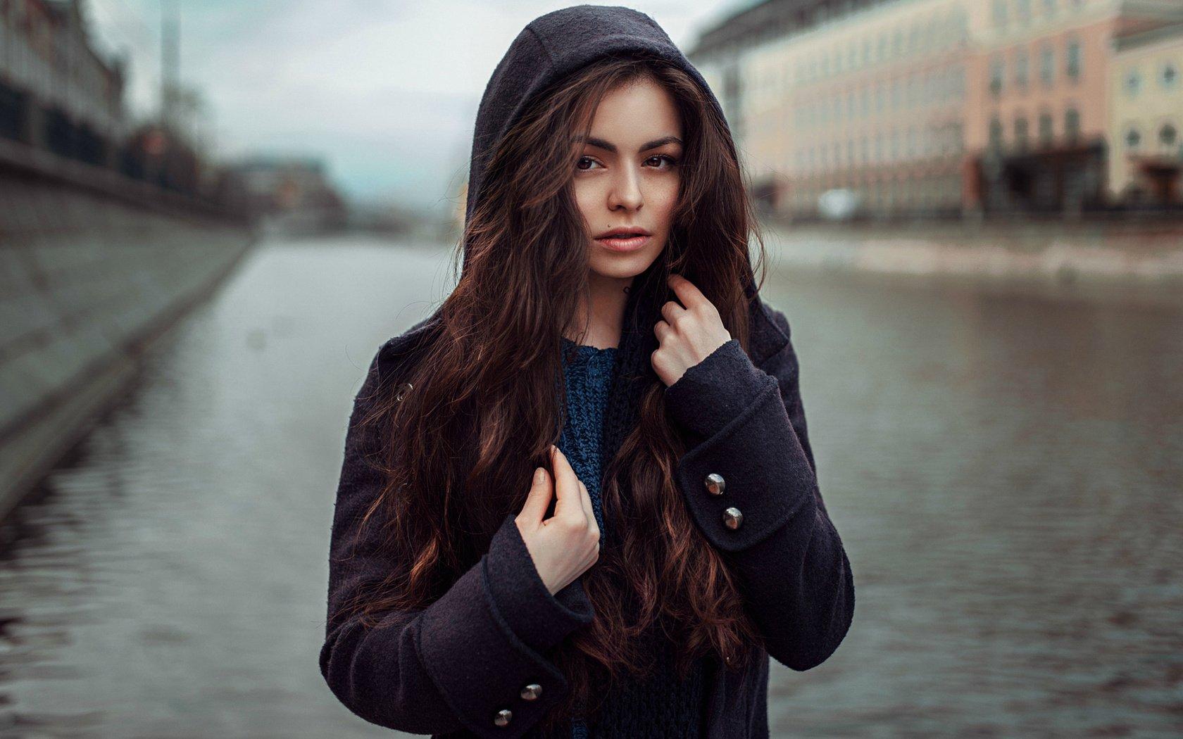 Девушка в капюшоне картинки