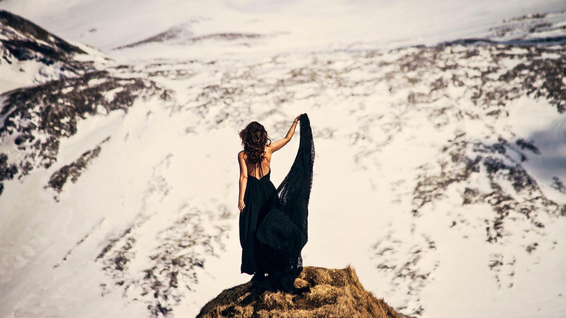 брюнетка танцует на фоне гор промолчала