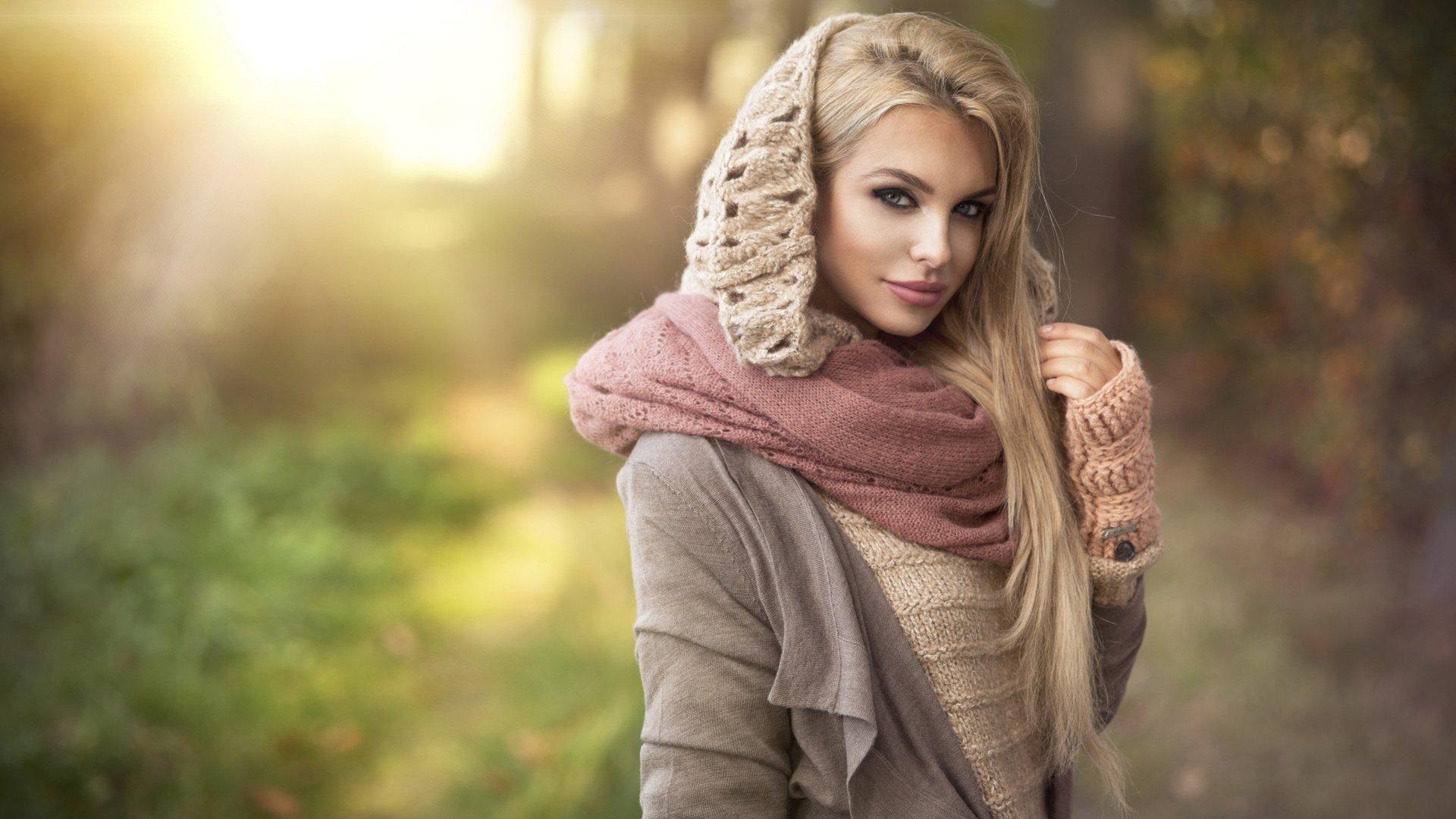 Фото девушек с шарфиком