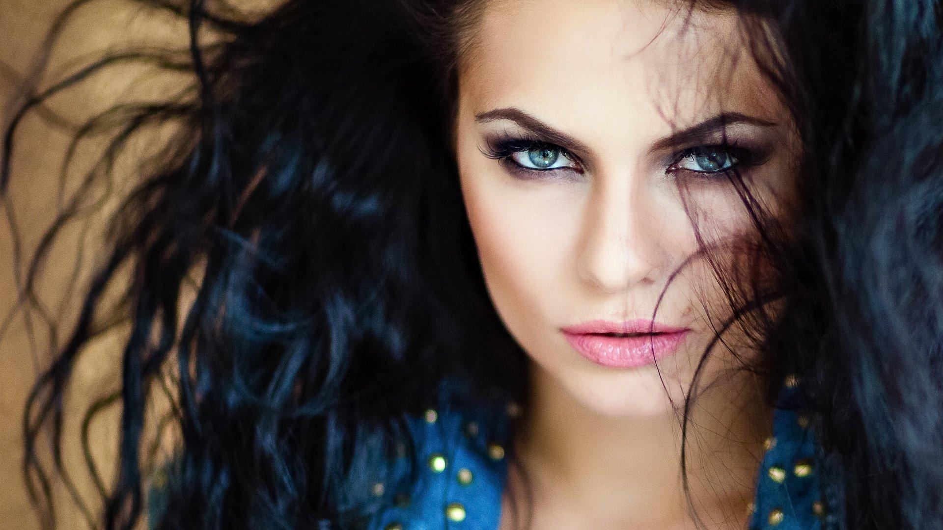 Брюнетка с голубыми глазами фото без макияжа