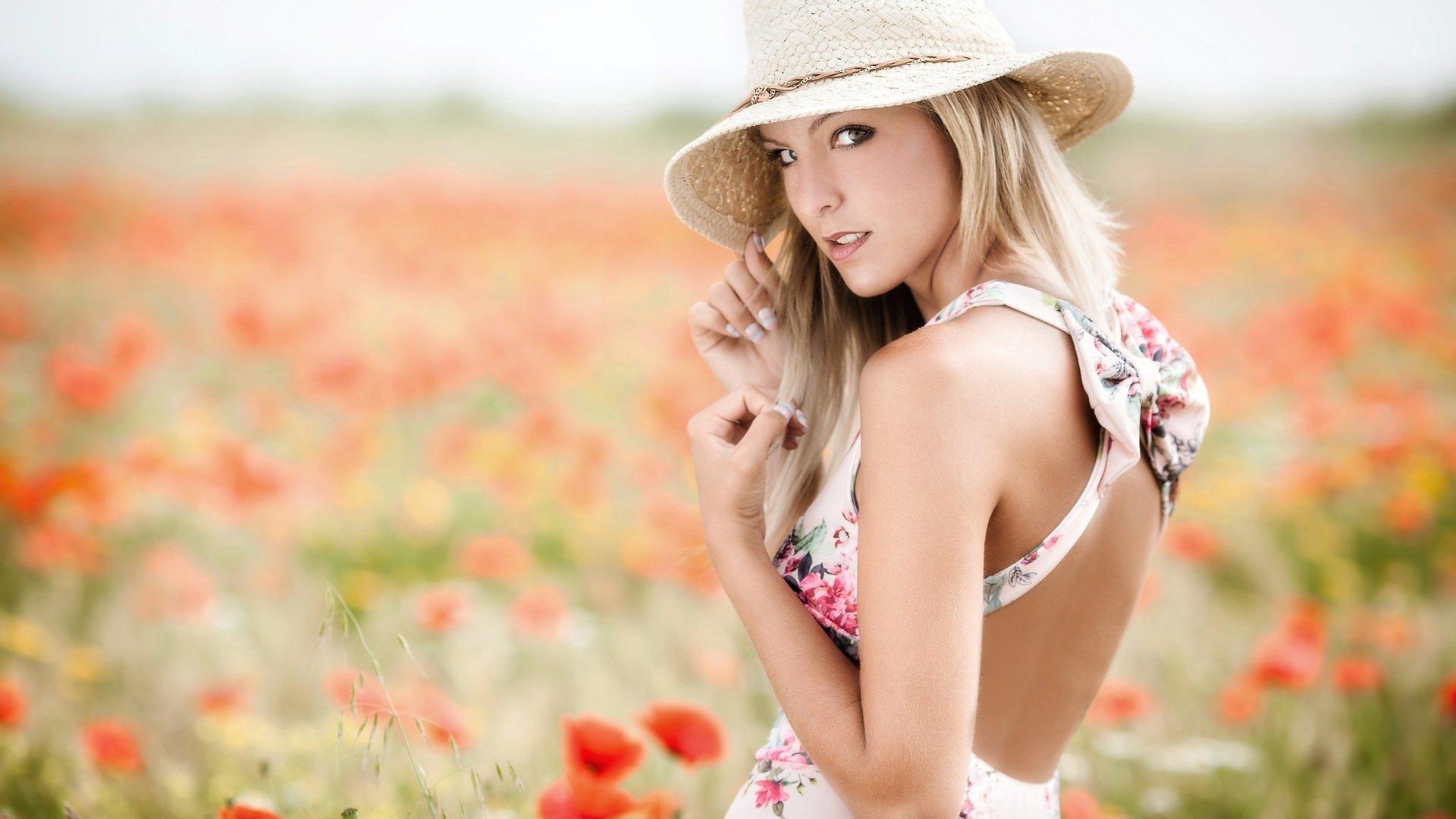 девушка блондинка поле без регистрации