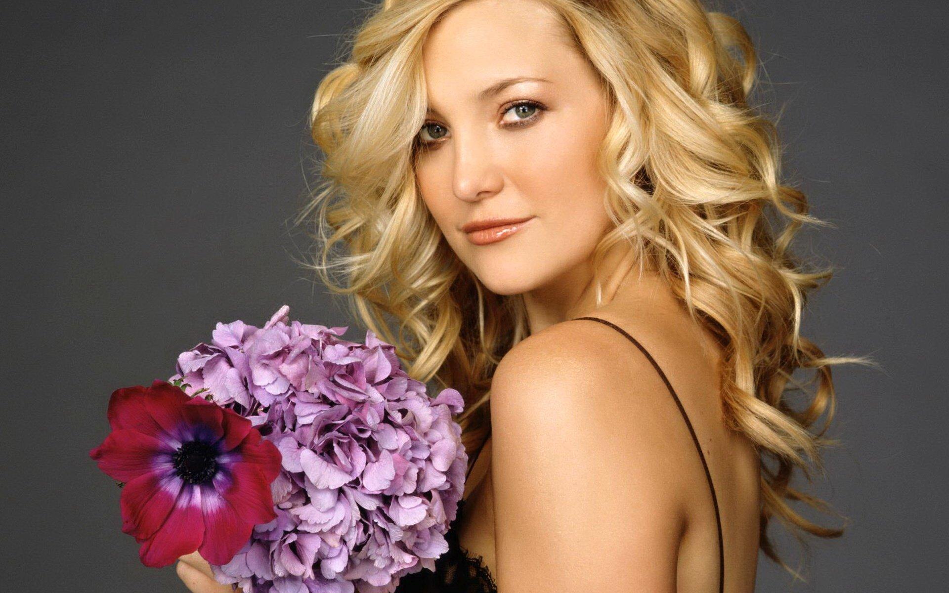 Блондинка в цветах фото