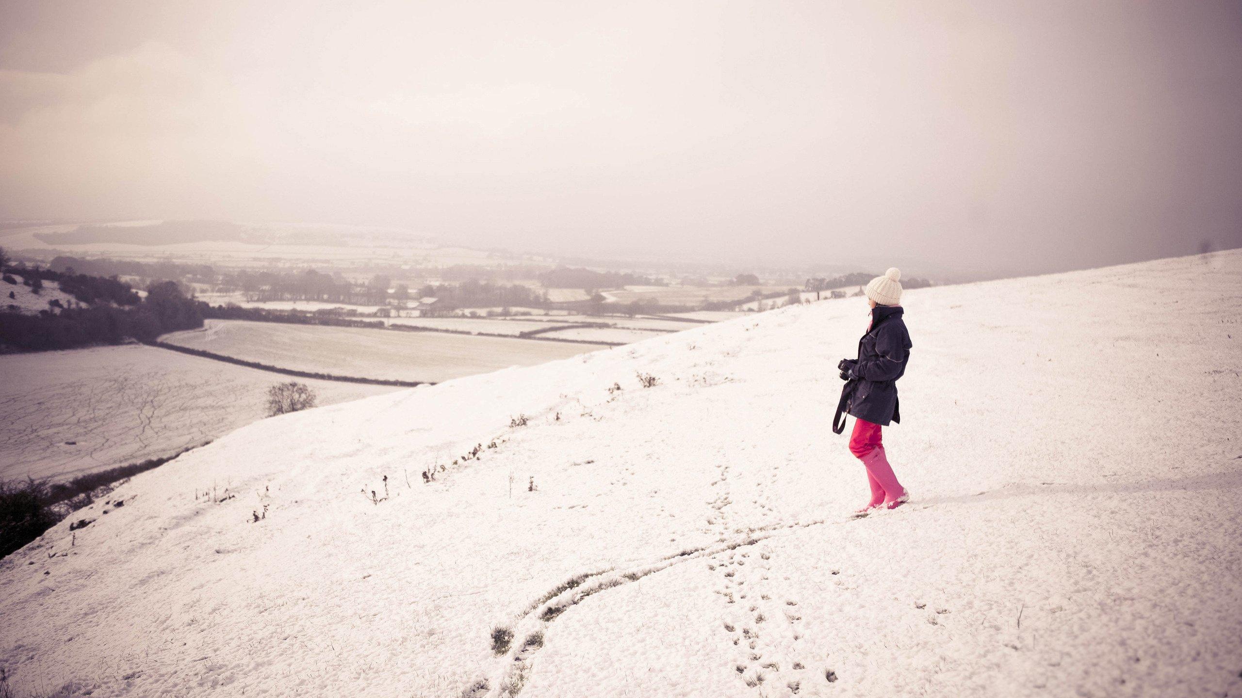 факту картинки человек в далеке зимой нём