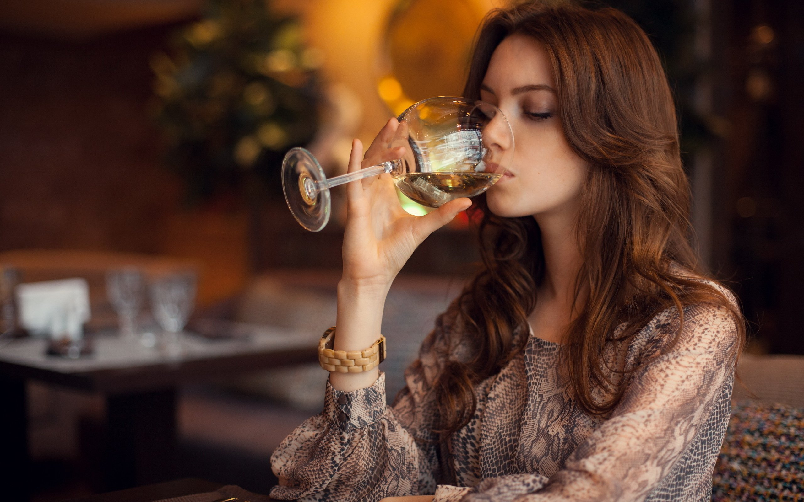 Девушка с вином фото