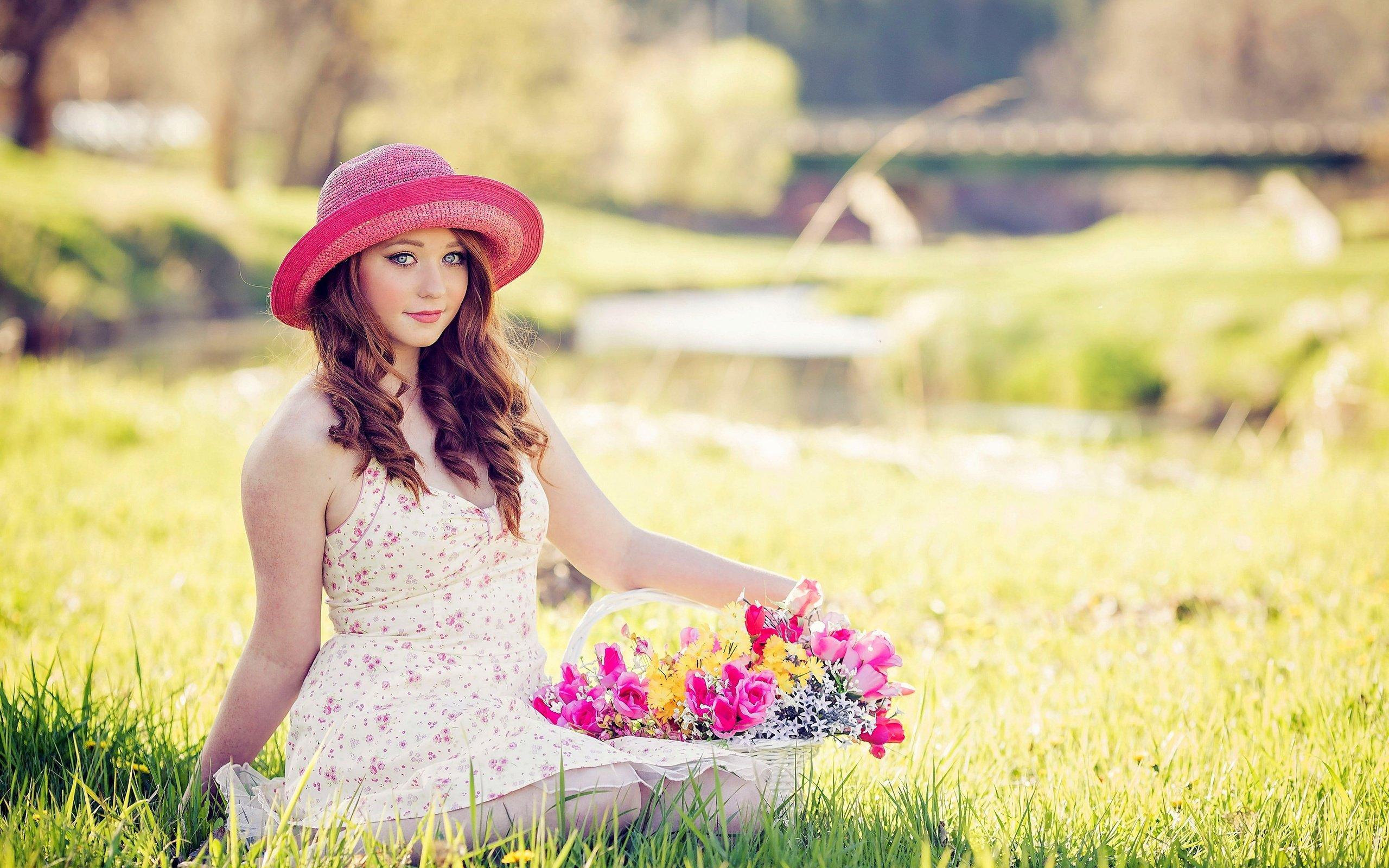 Девушка в платье в цветок