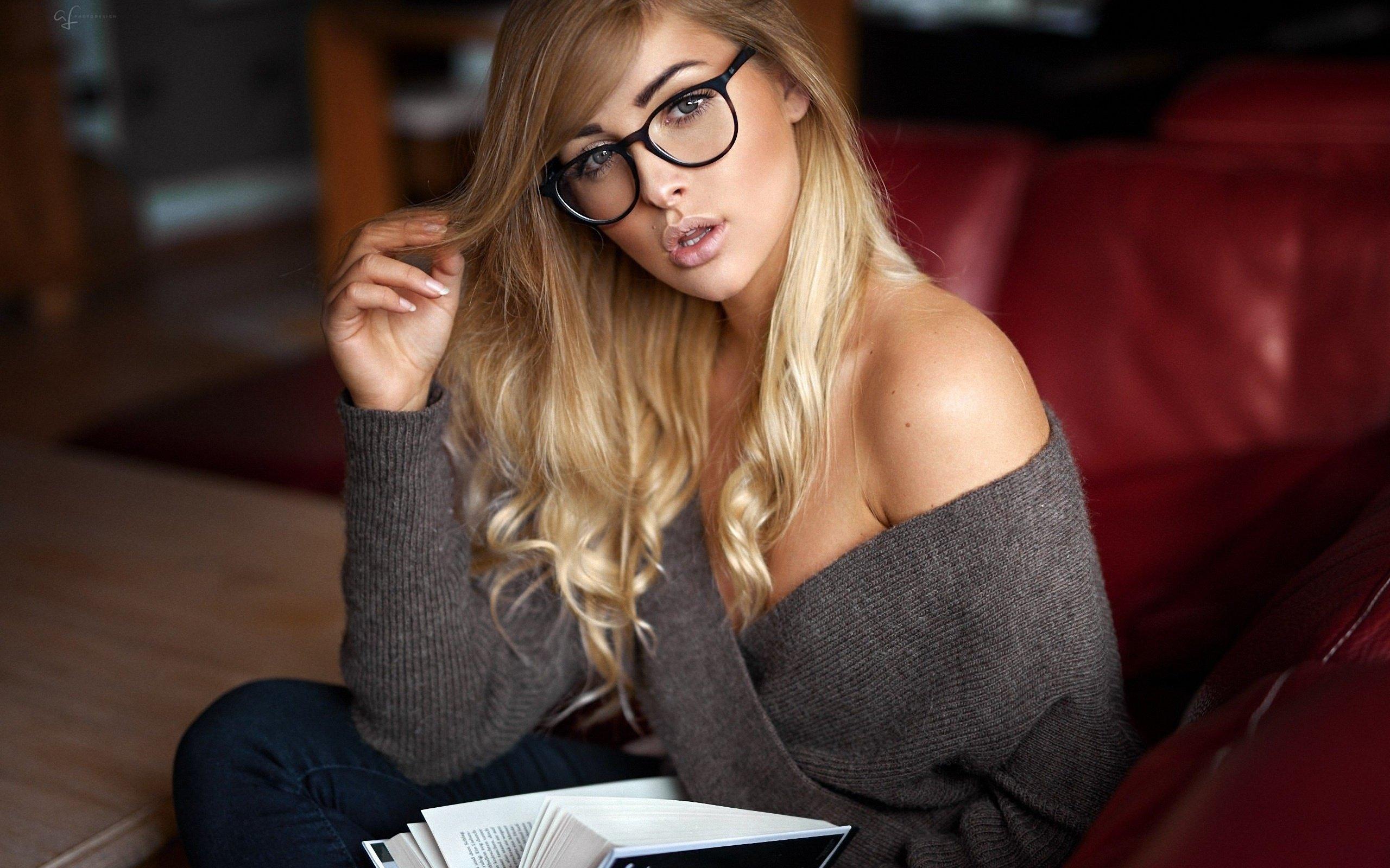 приятная в очках - 1