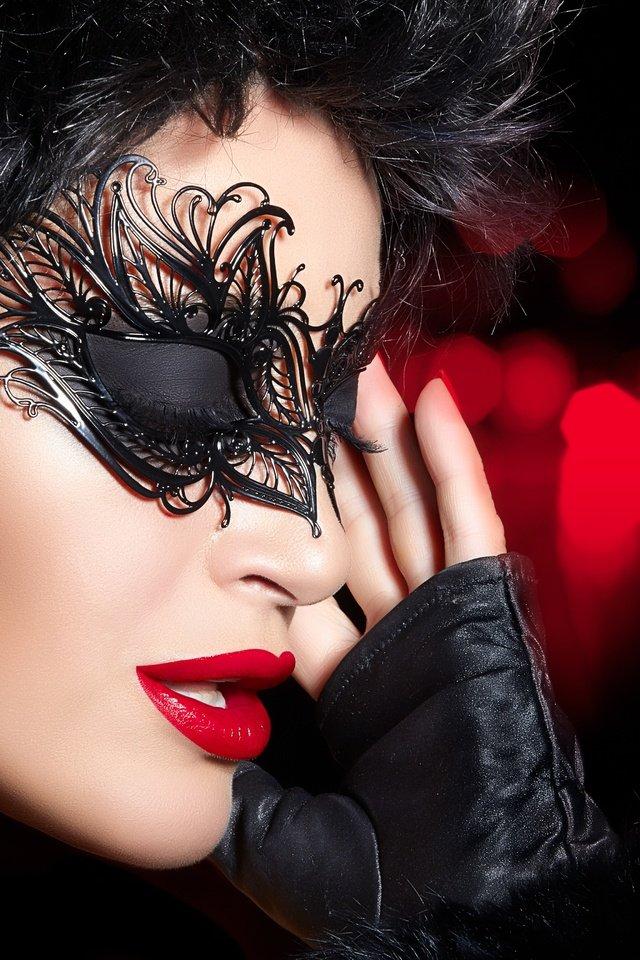 брюнетка в маске фото - 5