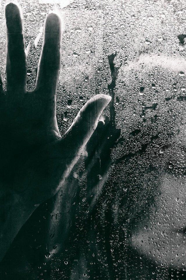 Фото рука на стекле и дождь