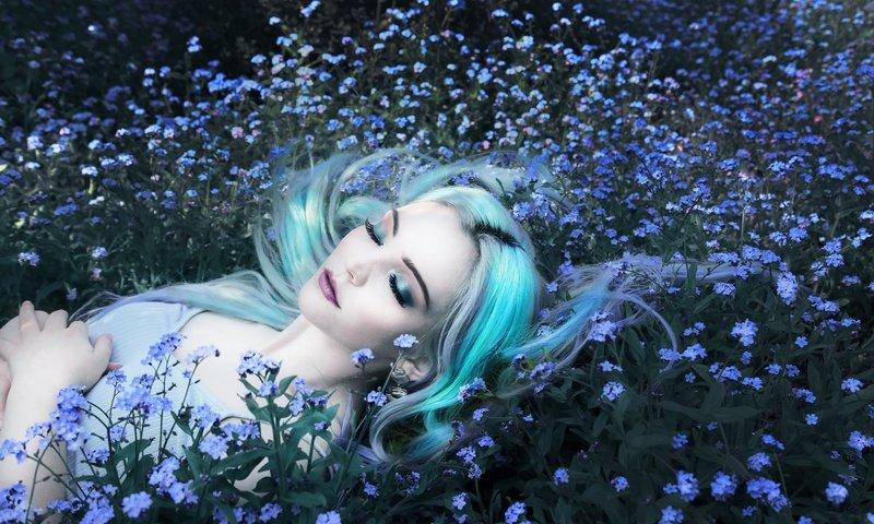 cvety-trava-devuska-nezabudki.jpg