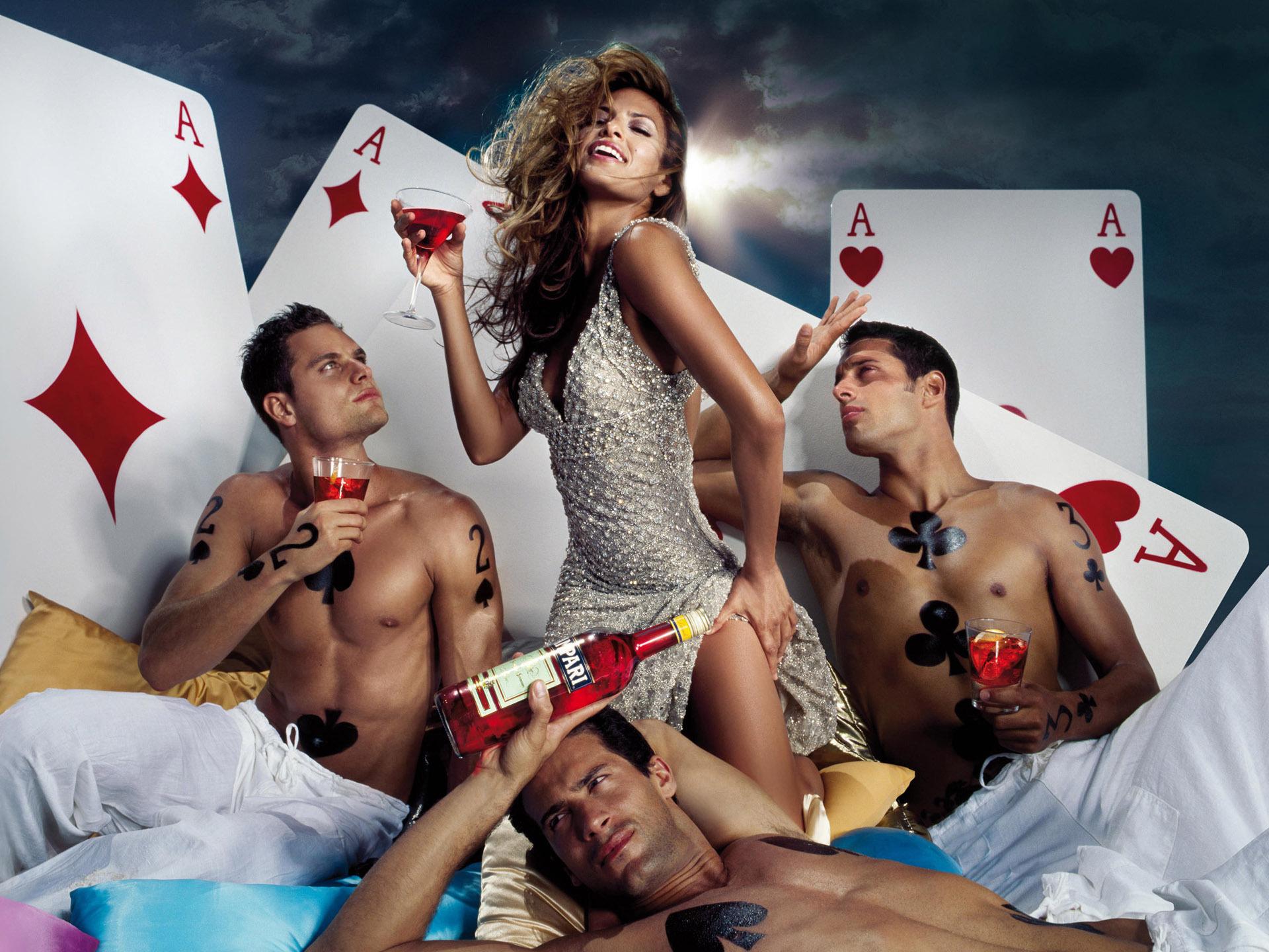 Красивый секс четверых парней и девушки 14