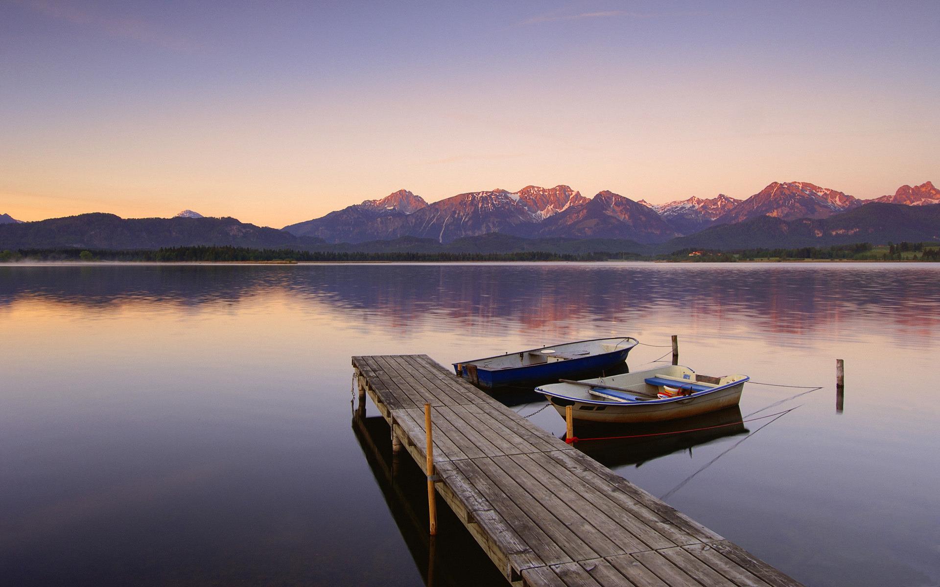 На лодке в горном озере  № 3062464 бесплатно