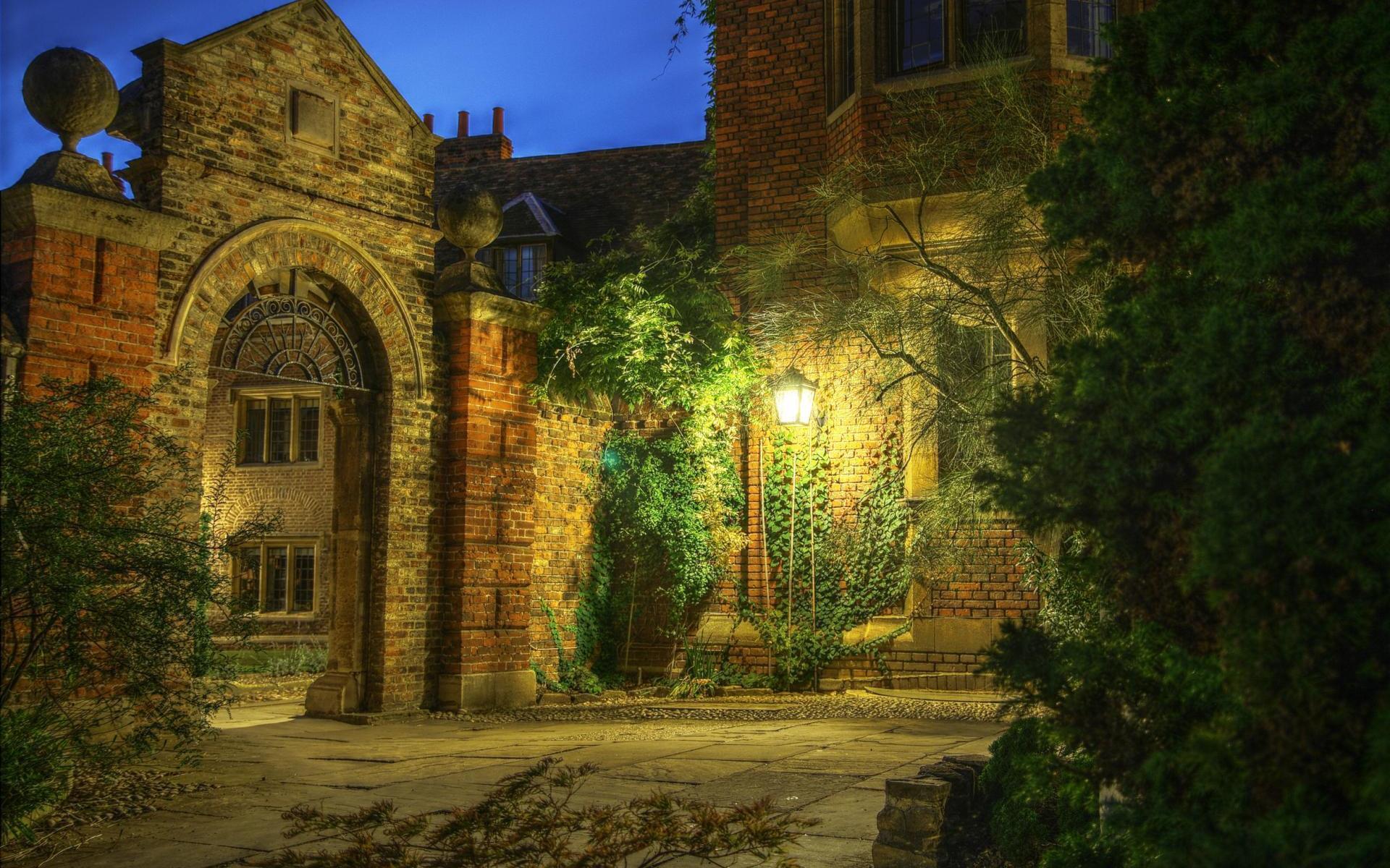 кирпичные дома фонарь небо деревья скачать