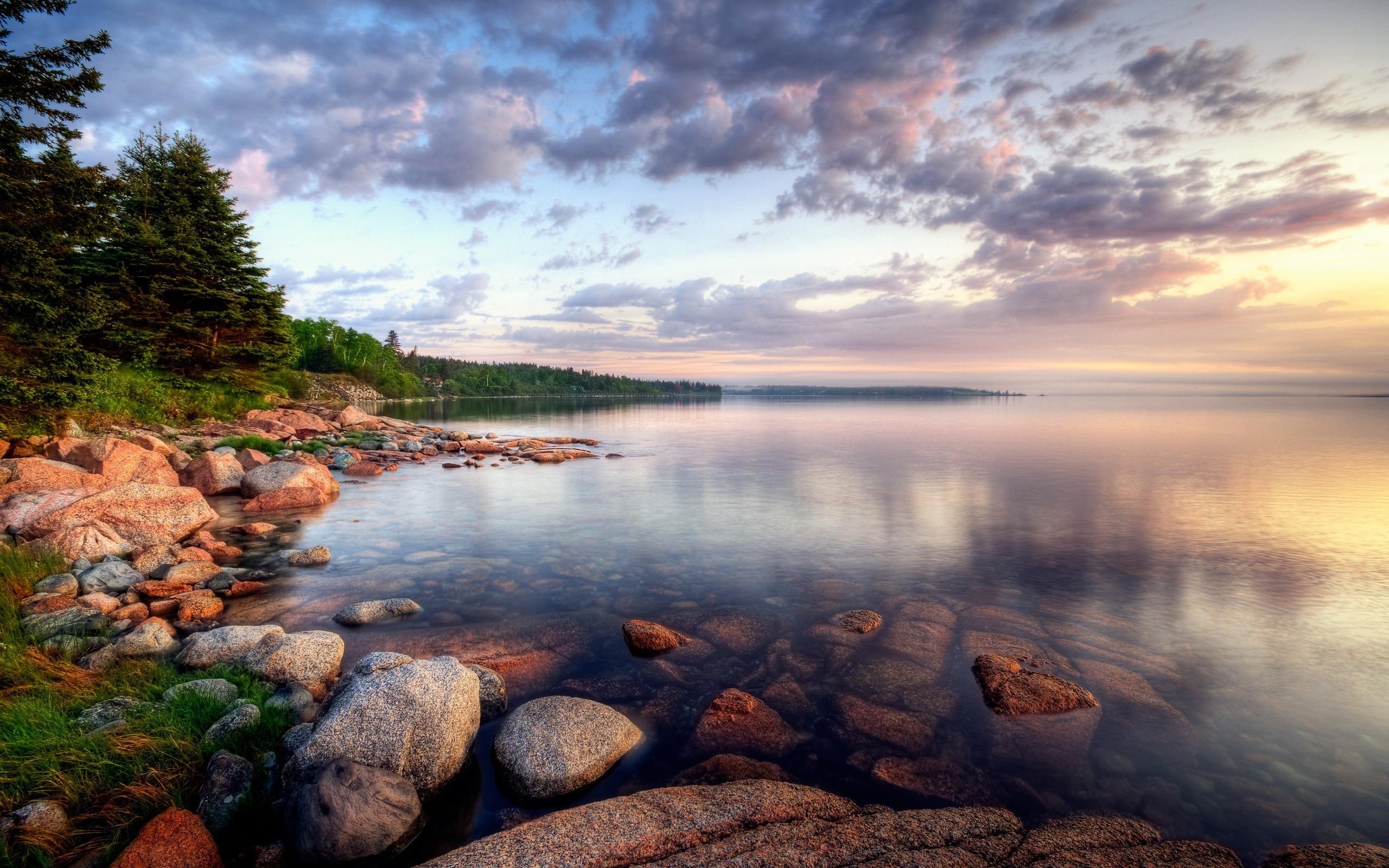 Облака над озером, галька, горы, лес  № 2950443 бесплатно