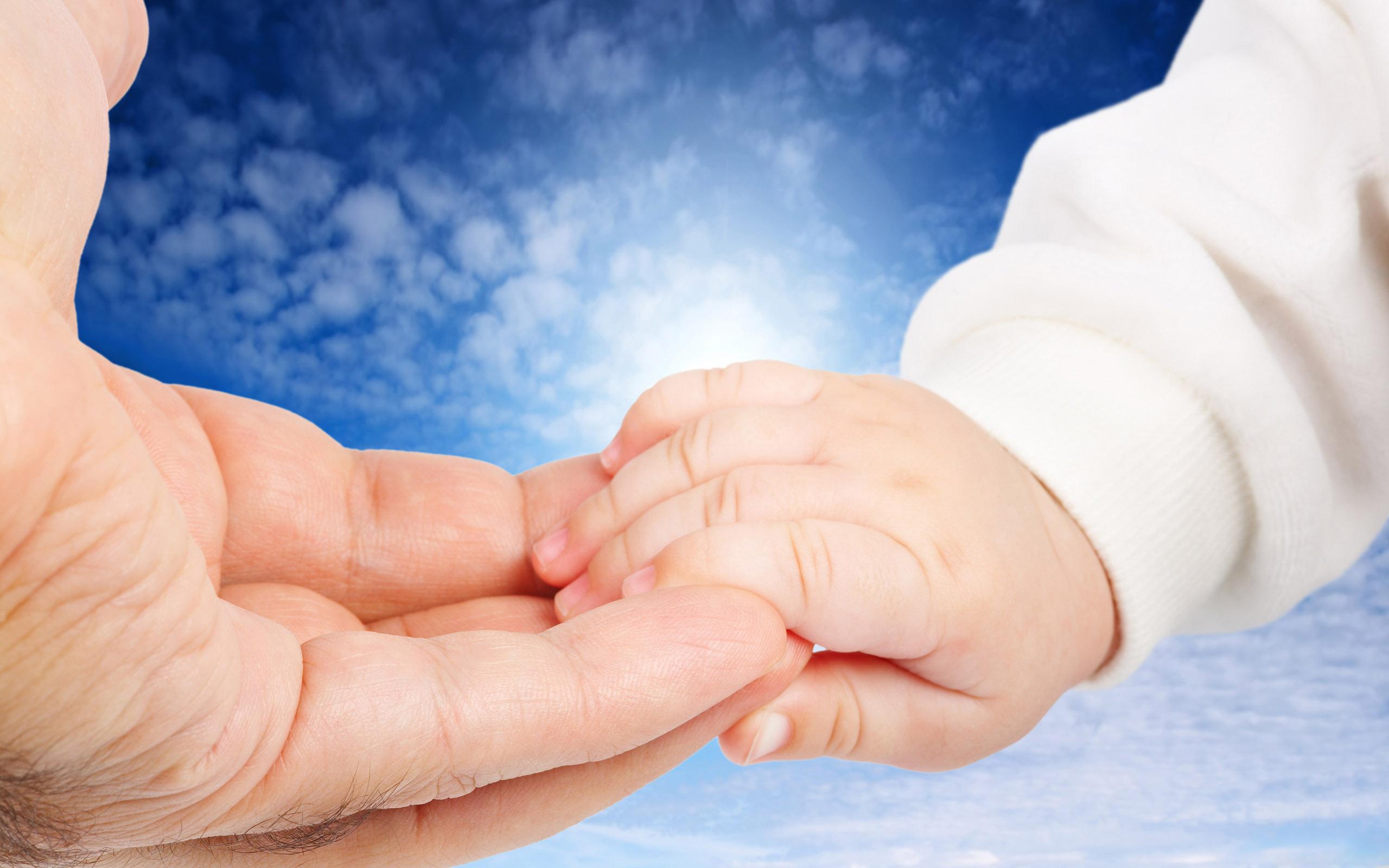 Ребенок не дает свои руки 334
