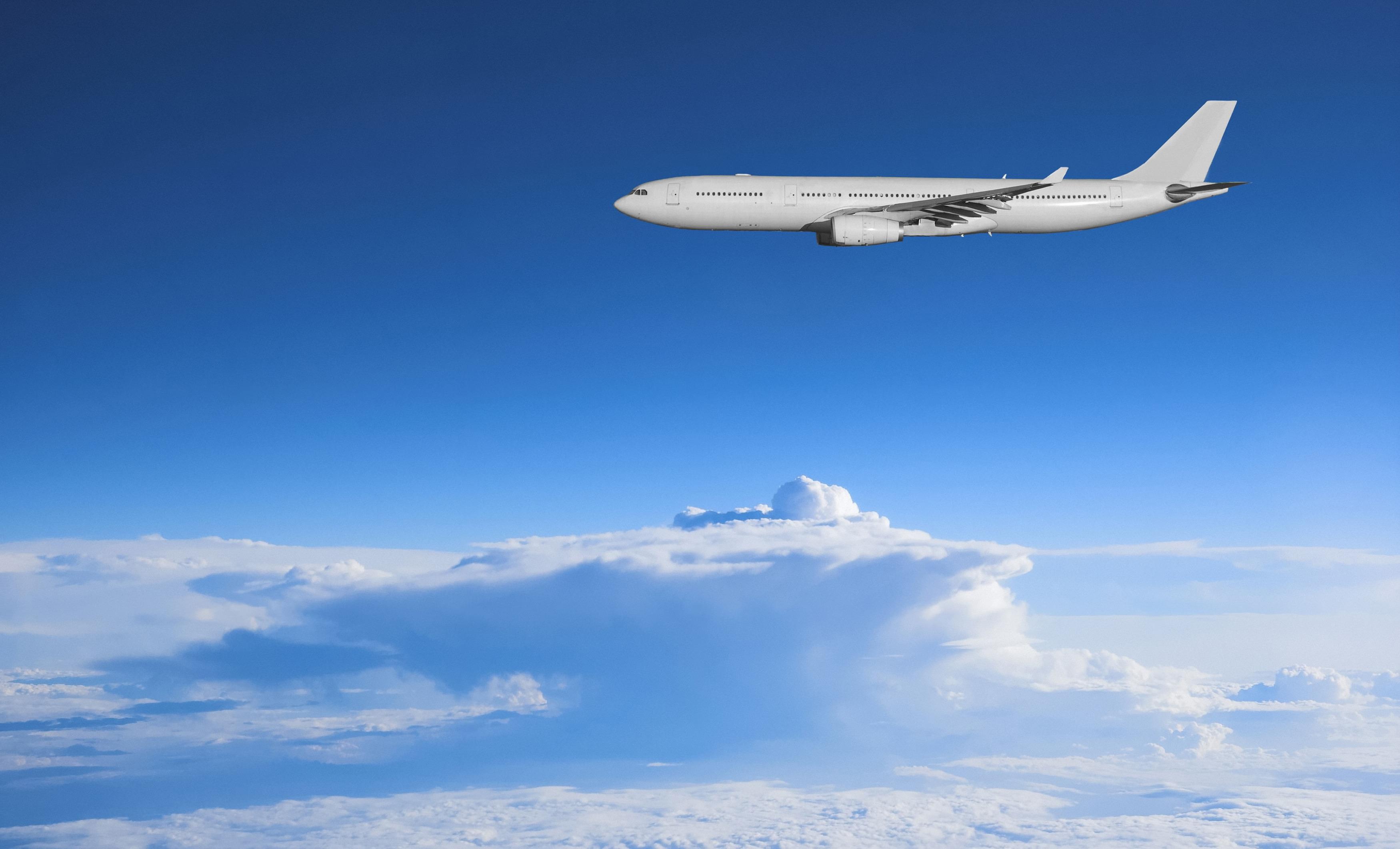 Авиалайнер в воздухе  № 2357454 загрузить