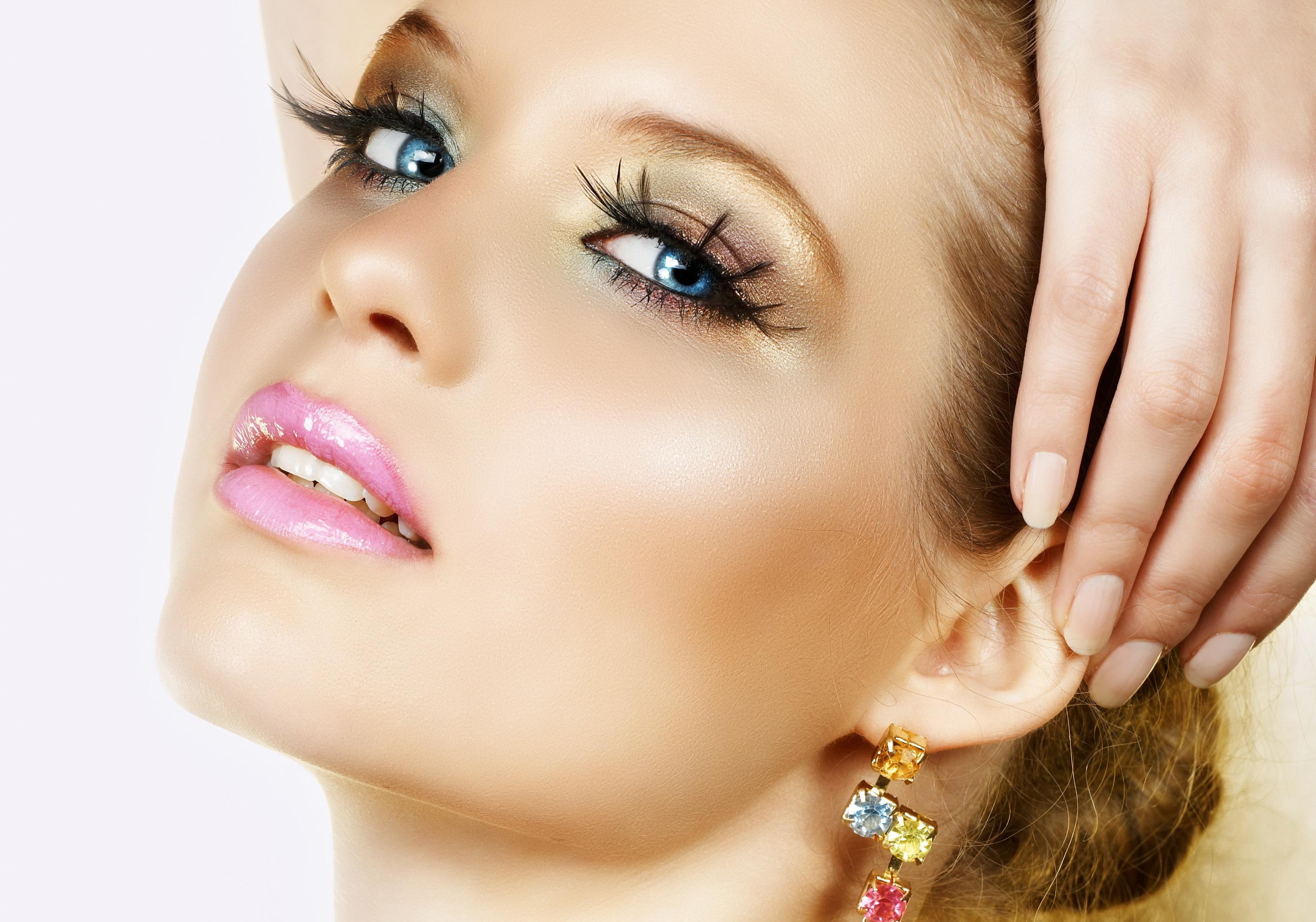 девушка глаза сережки  № 1816991 бесплатно