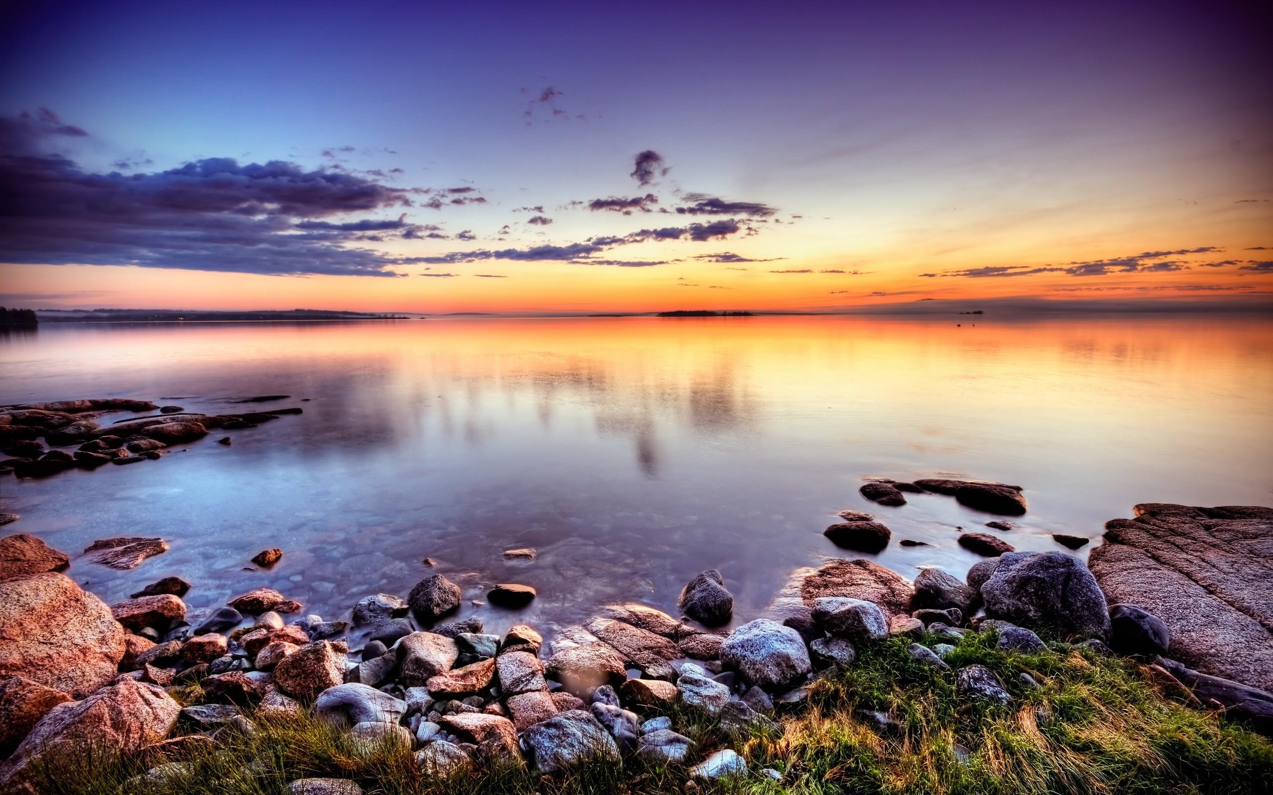 Облака над озером, галька, горы, лес  № 2950459 без смс