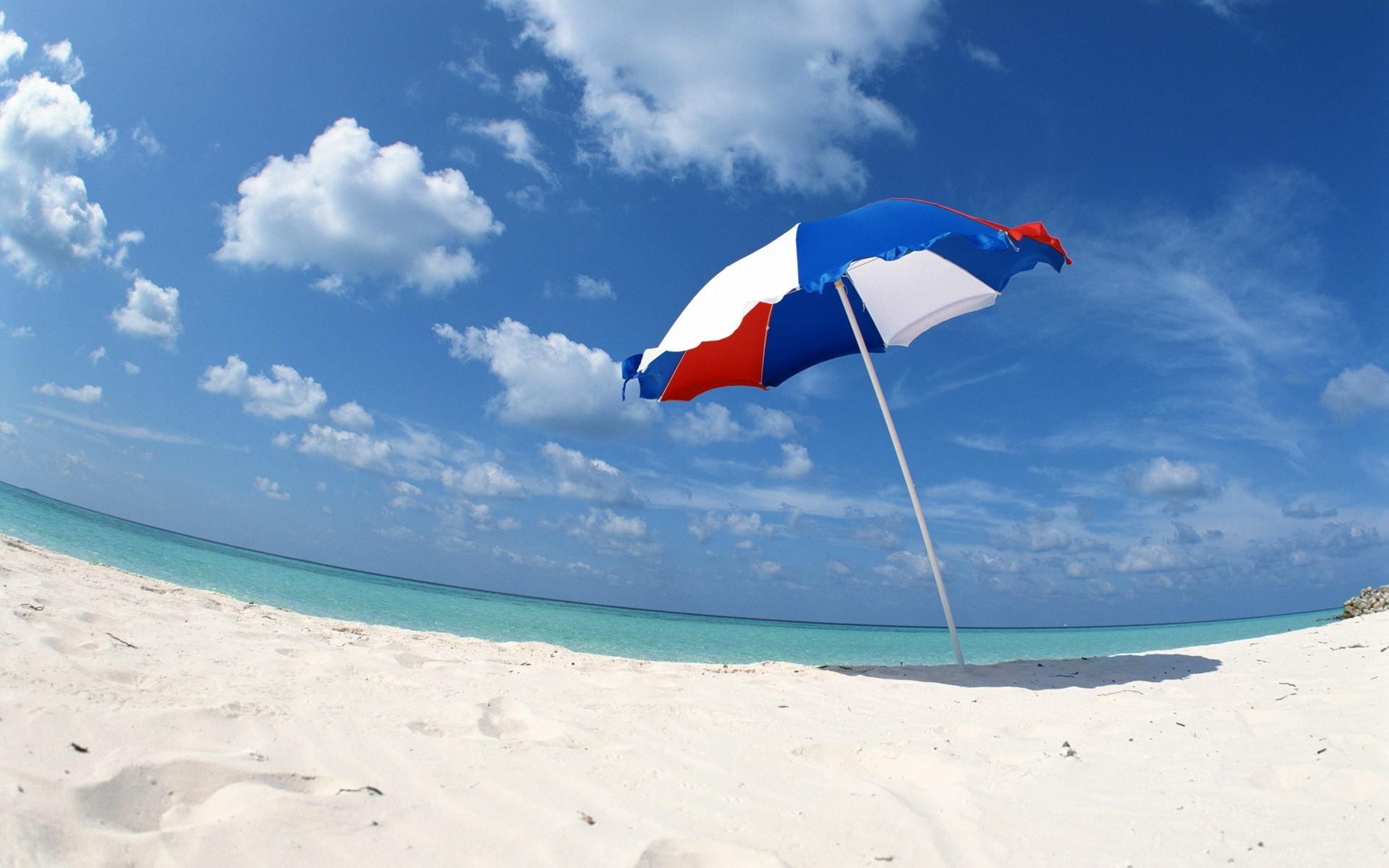 Пляж с желтыми зонтами загрузить