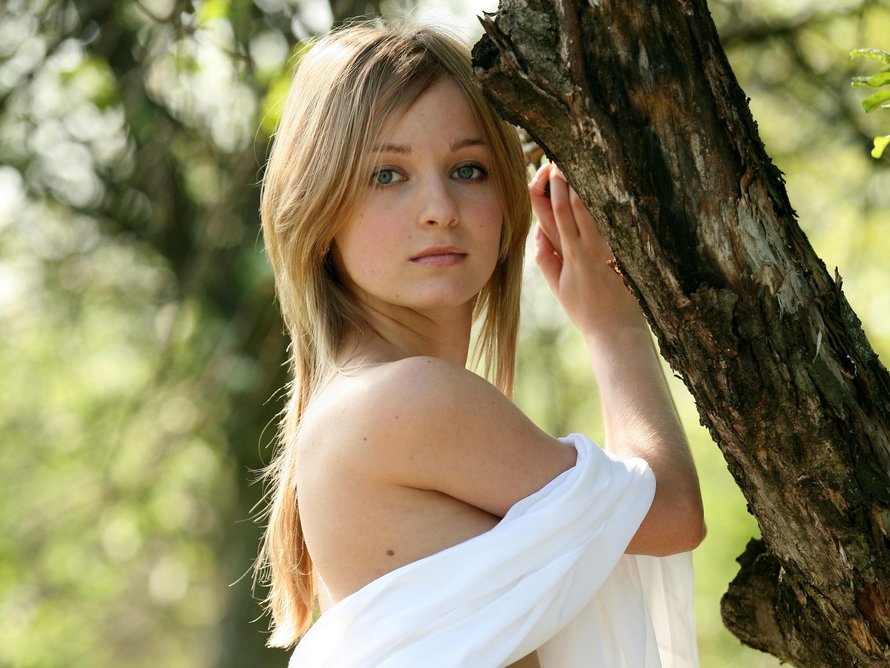 Молодая на природе оголила свое тело  81333