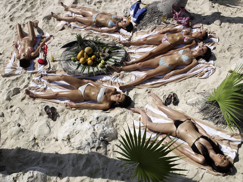 женщина уснула на пляже - 4