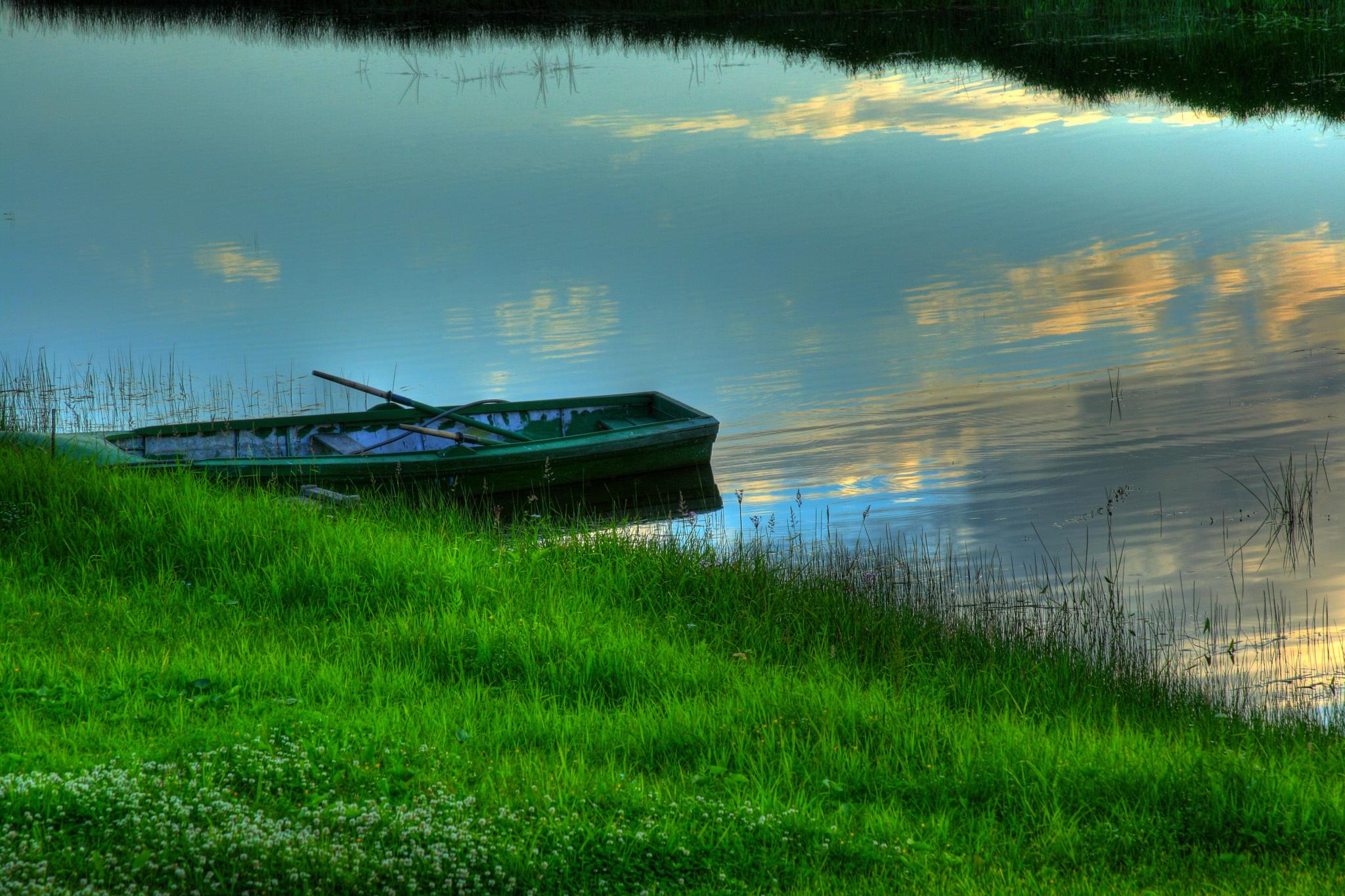 Лодка на берегу зеленого озера  № 2492941 без смс