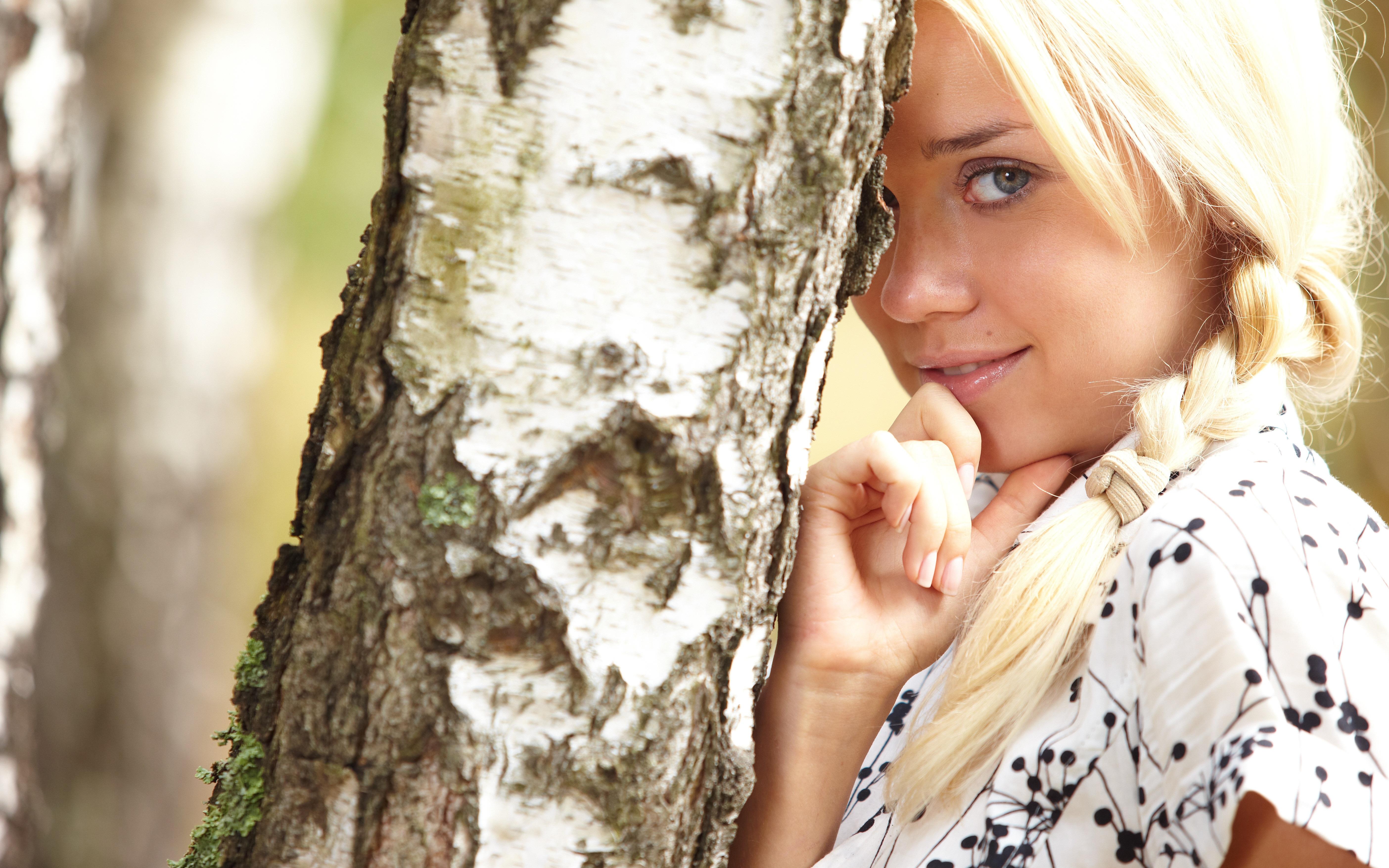 блондинка дерево поле blonde tree field  № 1377093 загрузить