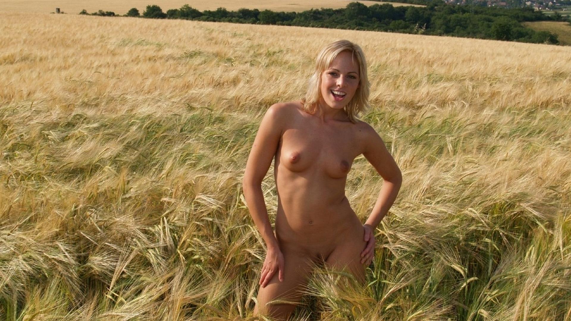 Тетка в поле 15 фотография