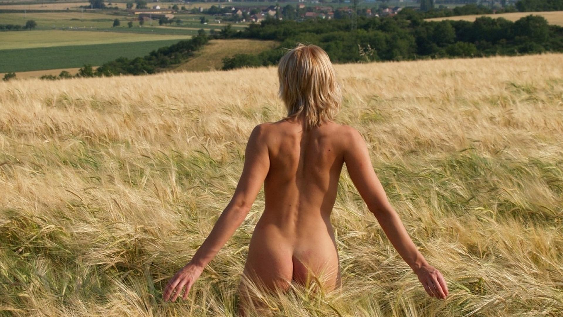 Девушки в поле голые