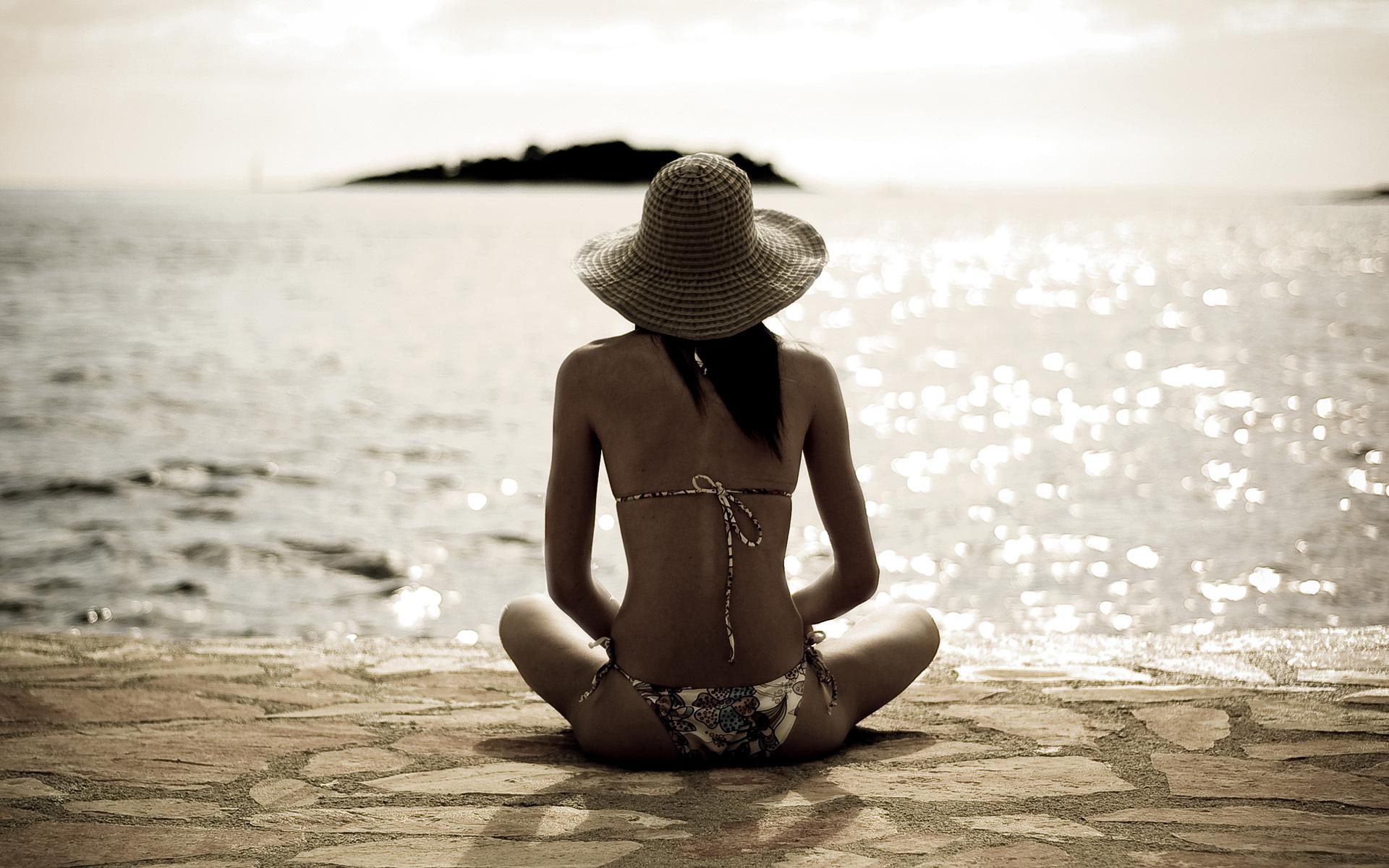 Фото красивых девушекбрюнеток отдыхающих на берегу моря 480, Голая брюнетка на берегу моря. Фото эротика 17 фотография