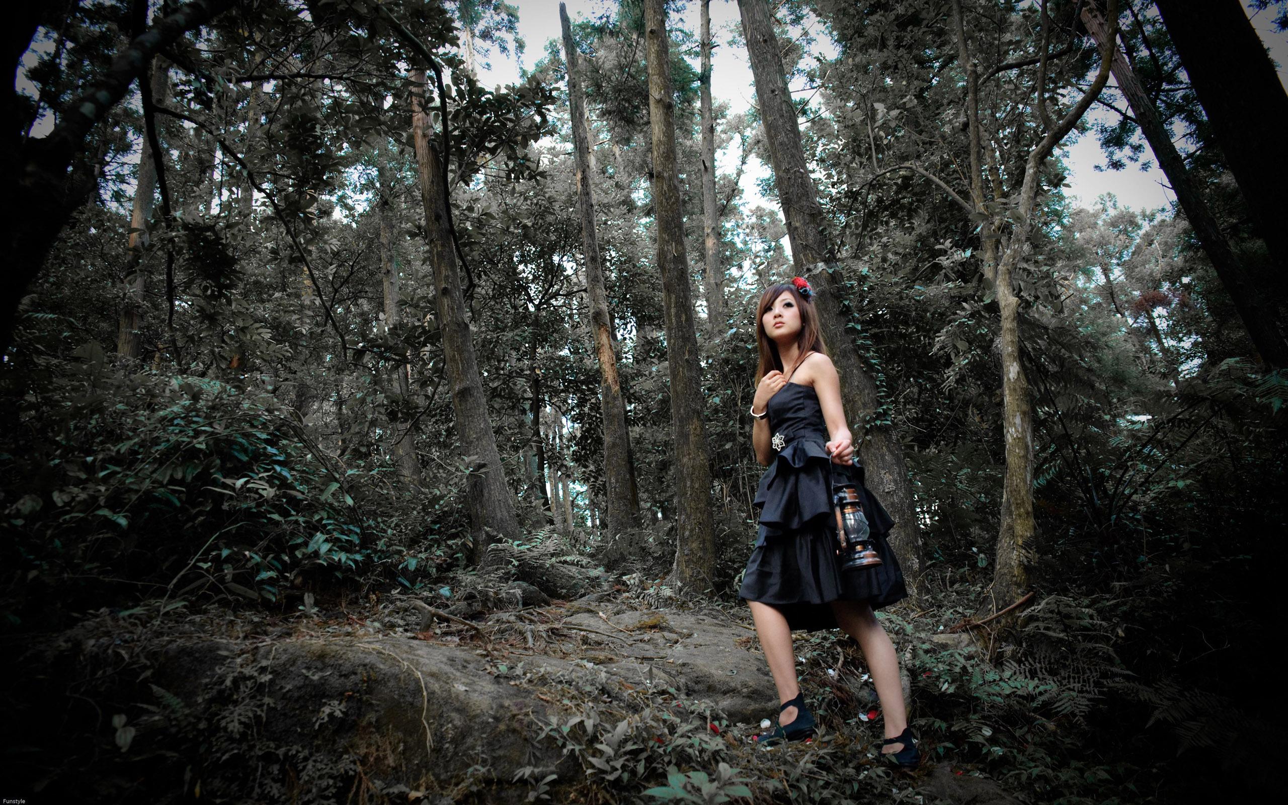 развлечение девушек в лесу лижут