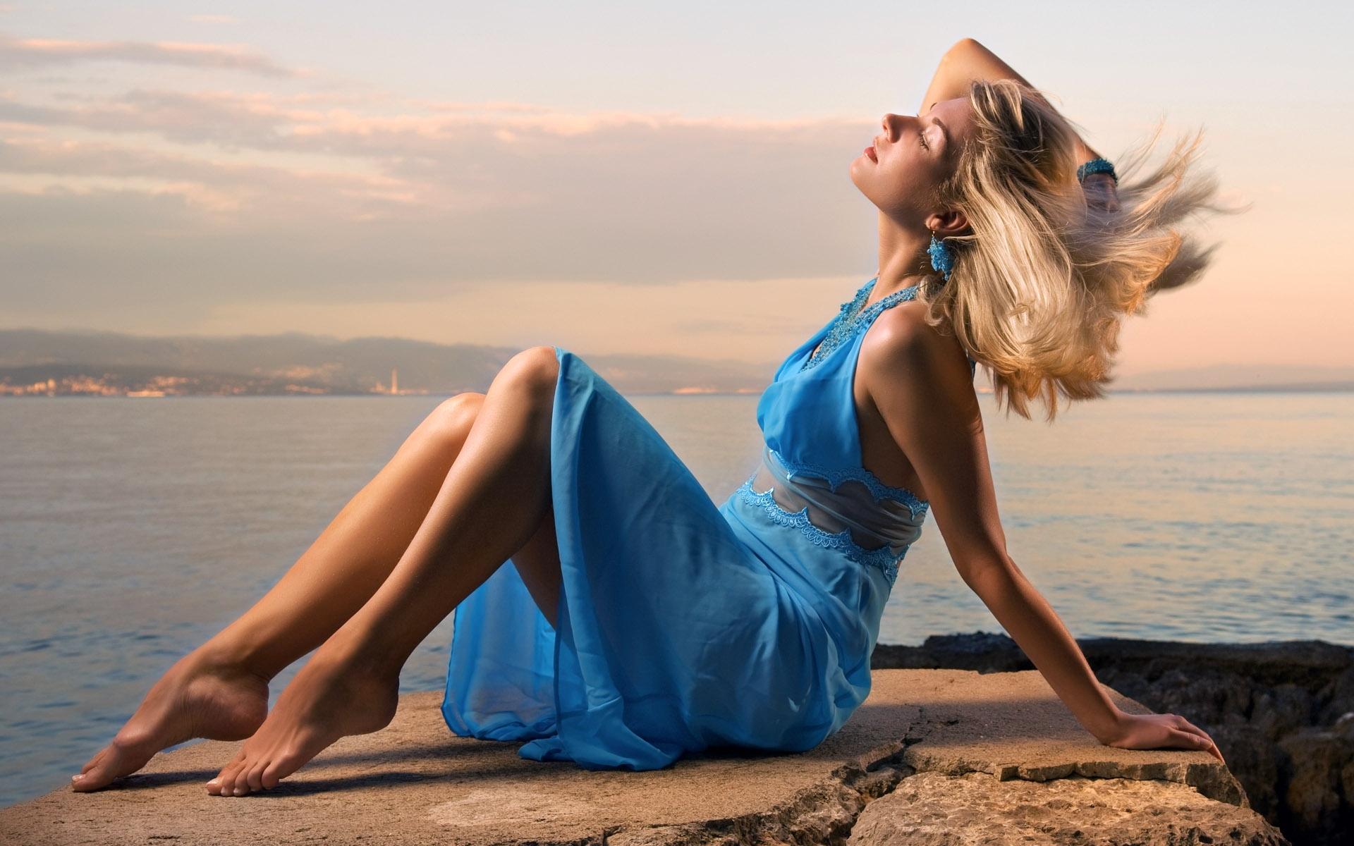 Картинки девушек на море в платье, открыток актеров