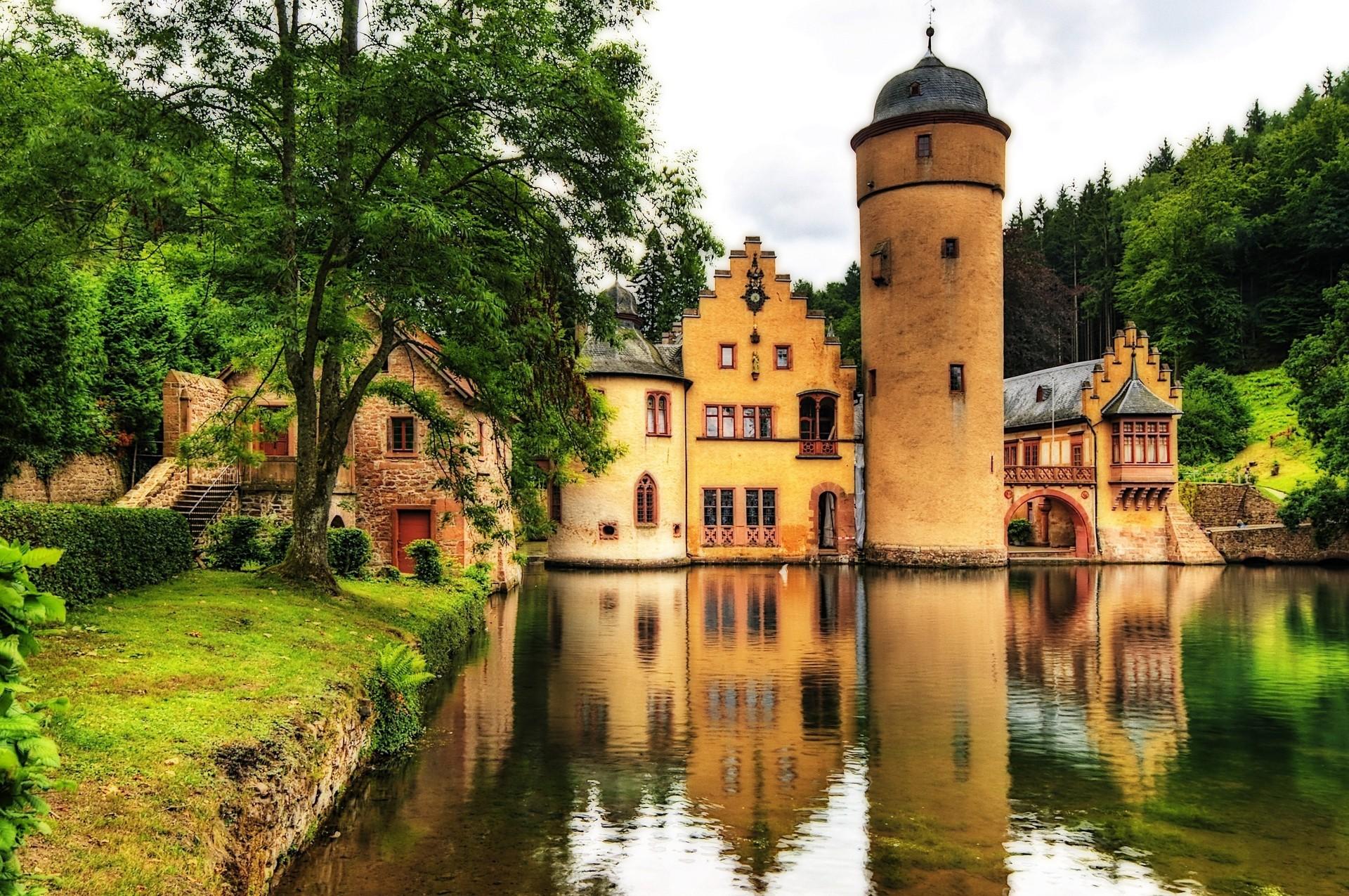 Замок в центре водоема бесплатно
