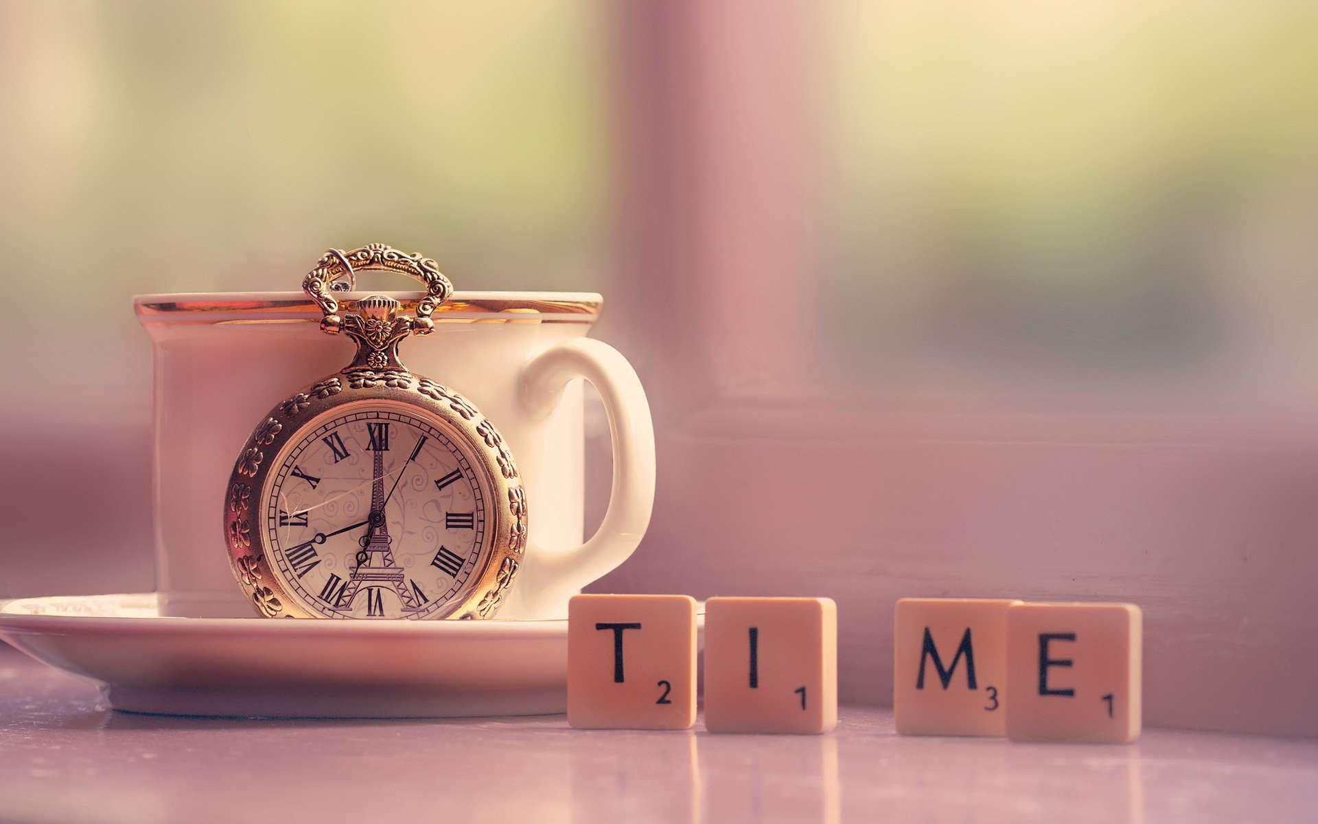 Карманные часы и скатерть  № 2171637 бесплатно